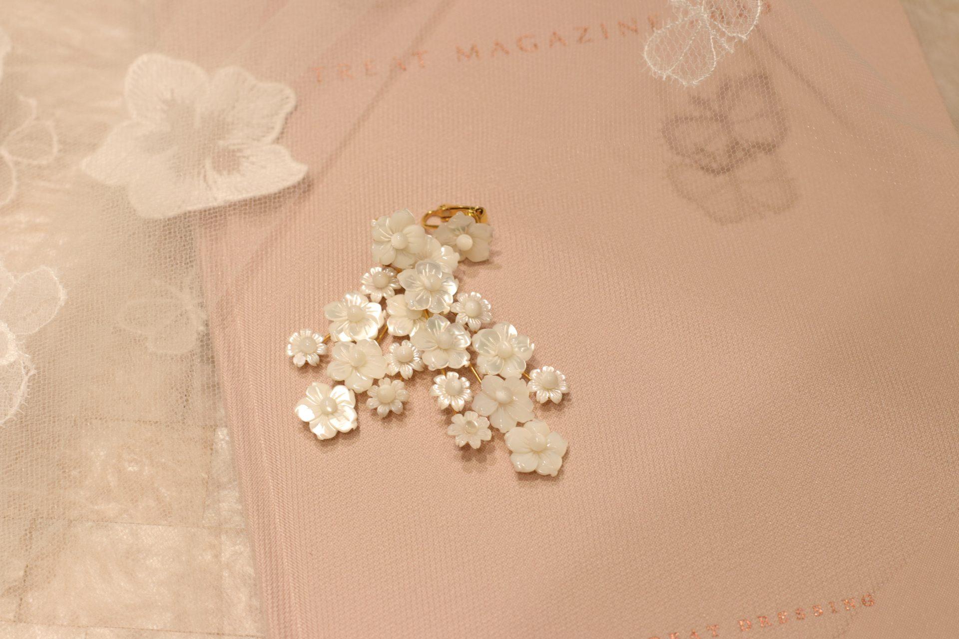 ジェニファーベアのアイキャッチ―なお花モチーフのイヤリングはザ・トリート・ドレッッシングでお取り扱いがありとても人気で 、夏や秋冬の結婚式をご予定のご新婦様におすすめです