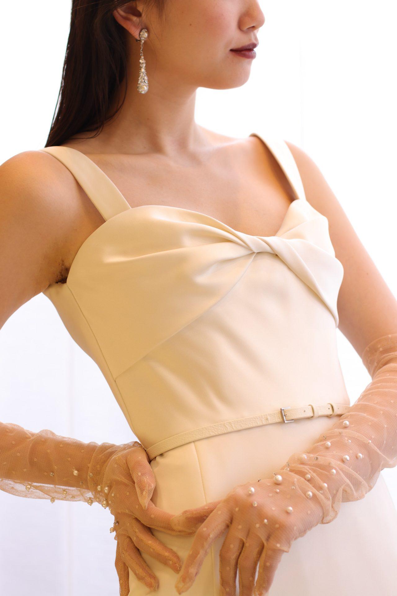 夏の花嫁様にオススメのするのは、シンプルなサテンのウェディングドレスにバーガンディリップと透け感のあるパールグローブをアクセントにした、モードでスタイリッシュなスタイリングです