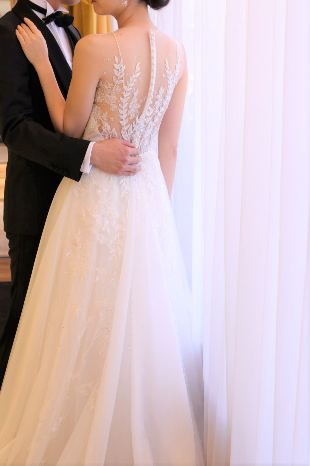 ニューヨークのラグジュアリーブランド、リームアクラから新作で入荷したAラインのドレスは、透明感溢れるチュールが自然光がたっぷりと差し込むパレスホテル東京のチャペルにも映える一着