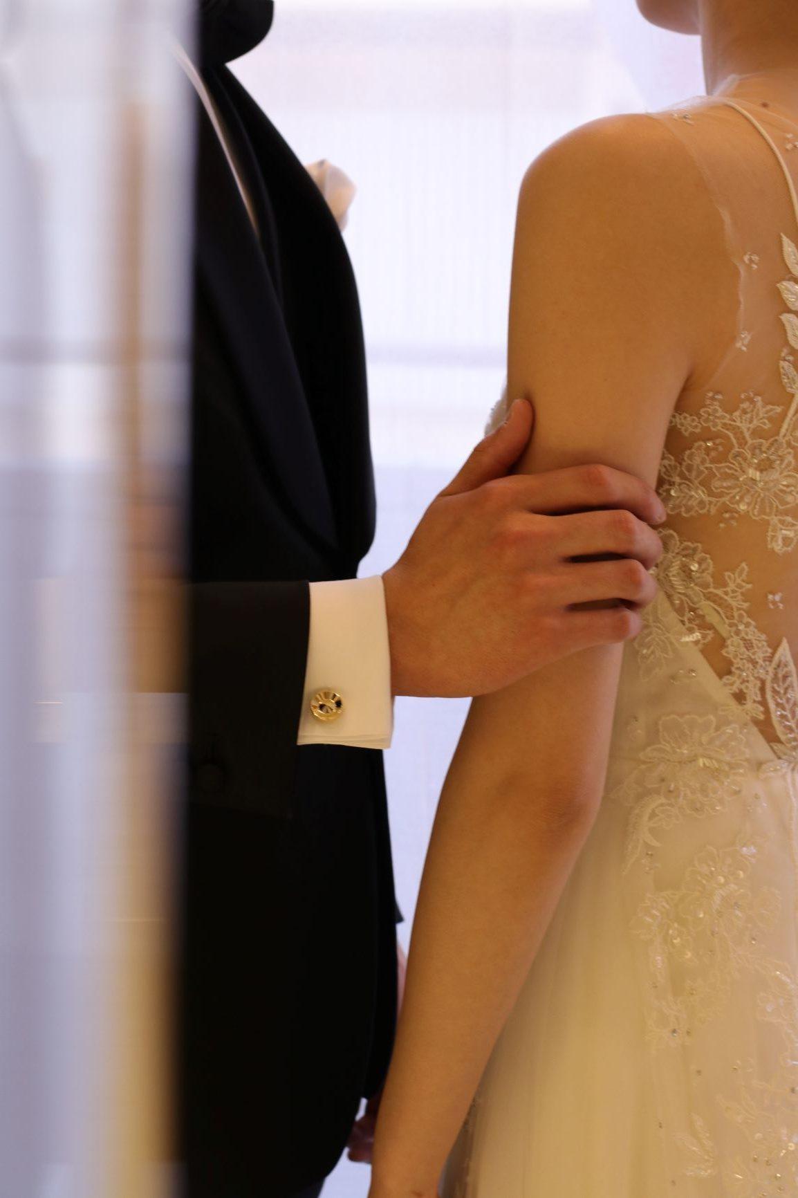 ザ・トリート・ドレッシングおすすめの、柔らかい印象のチュール素材のウェディングドレスと、紳士的で格好良いフォーマルなタキシードを合わせた新郎新婦様のコーディネート