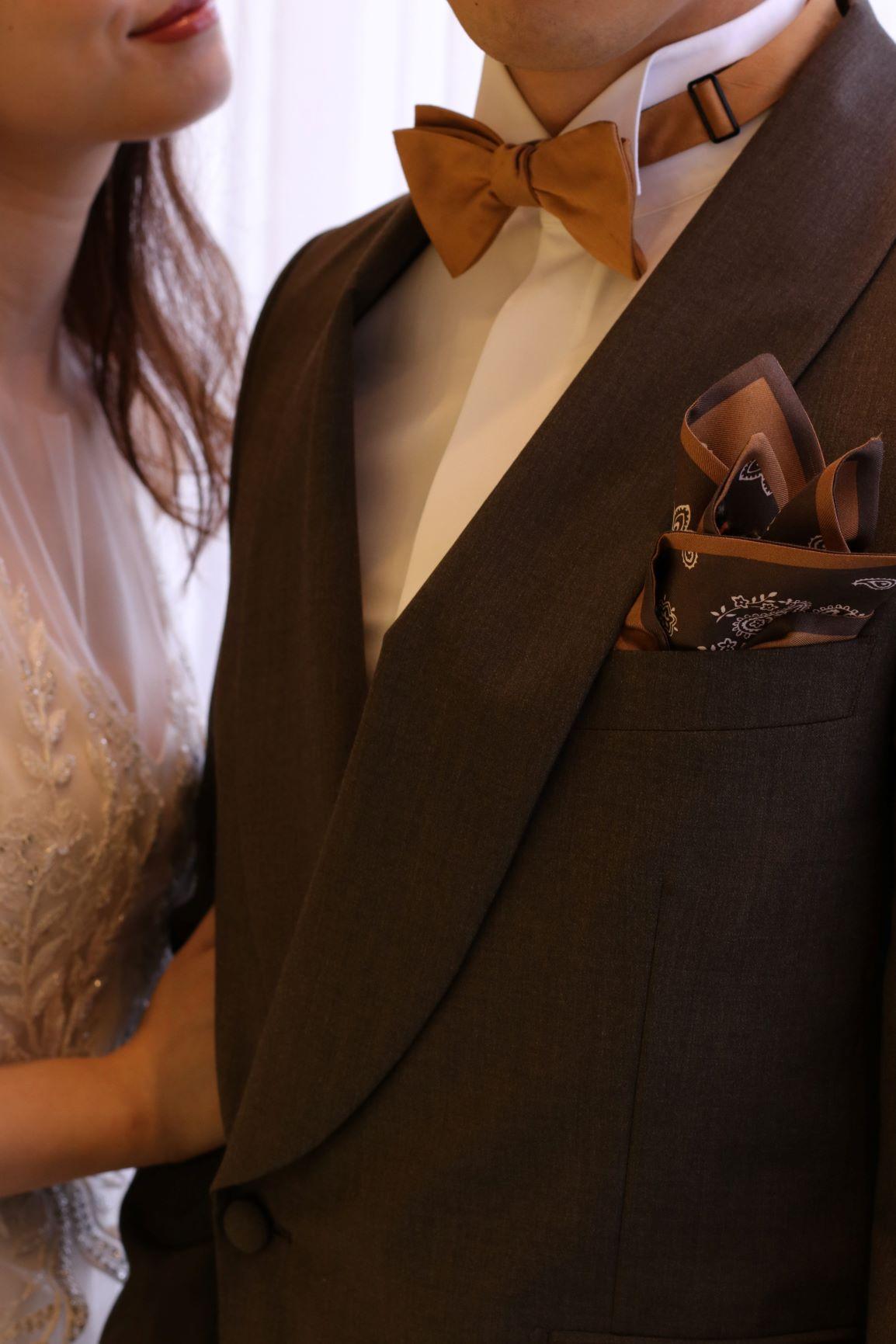 秋冬シーズンに結婚式を挙げられる新郎様におすすめしたい、全世界でトレンドのコロニアルカラーのジャケットとくすみイエローのタイを合わせたシックなコーディネート