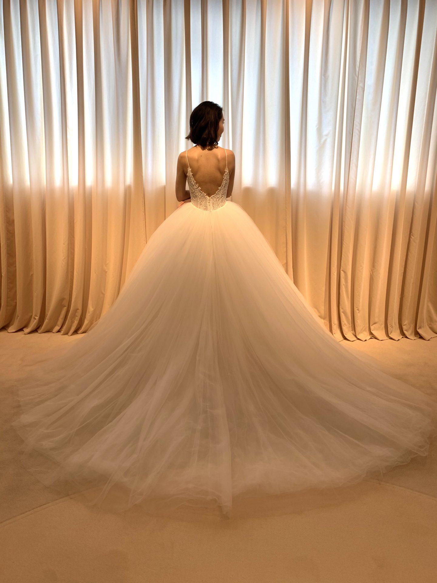フォーチュンガーデン京都でお式を挙げられる花嫁様にご紹介したいバックスタイルが絵にな透明感のあるボリュームラインのウェディングドレス