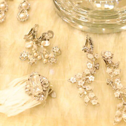 THE TREAT DRESSINGで数多く取り扱いをしているマリア・エレナより最旬のトレンドのデザインの乳白色のお花モチーフの大振りや小振りのイヤリングが入荷しましたので、これからお小物合わせやドレスフィッティングをお考えの花嫁にご紹介いたします。