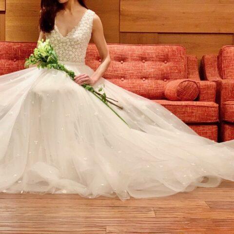 リームアクラの新作ウエディングドレスはAラインでチュールのボリュームたっぷりのフェミニンスタイル