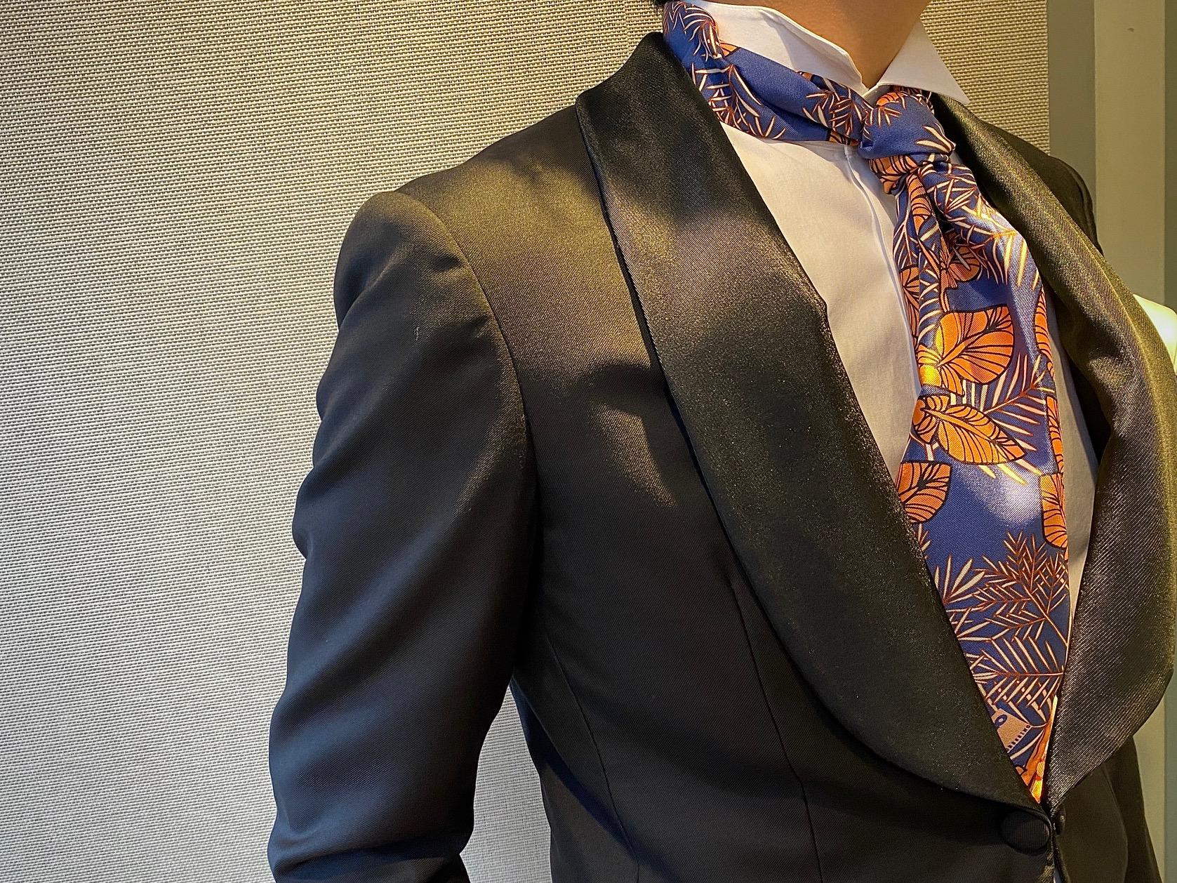 フォーチュンガーデン京都でお式を挙げられる方におすすめしたいオーセンチィックなタキシードにブルーの色味が鮮やかなボタニカル柄のストールをネクタイ調にアレンジしたスタイル