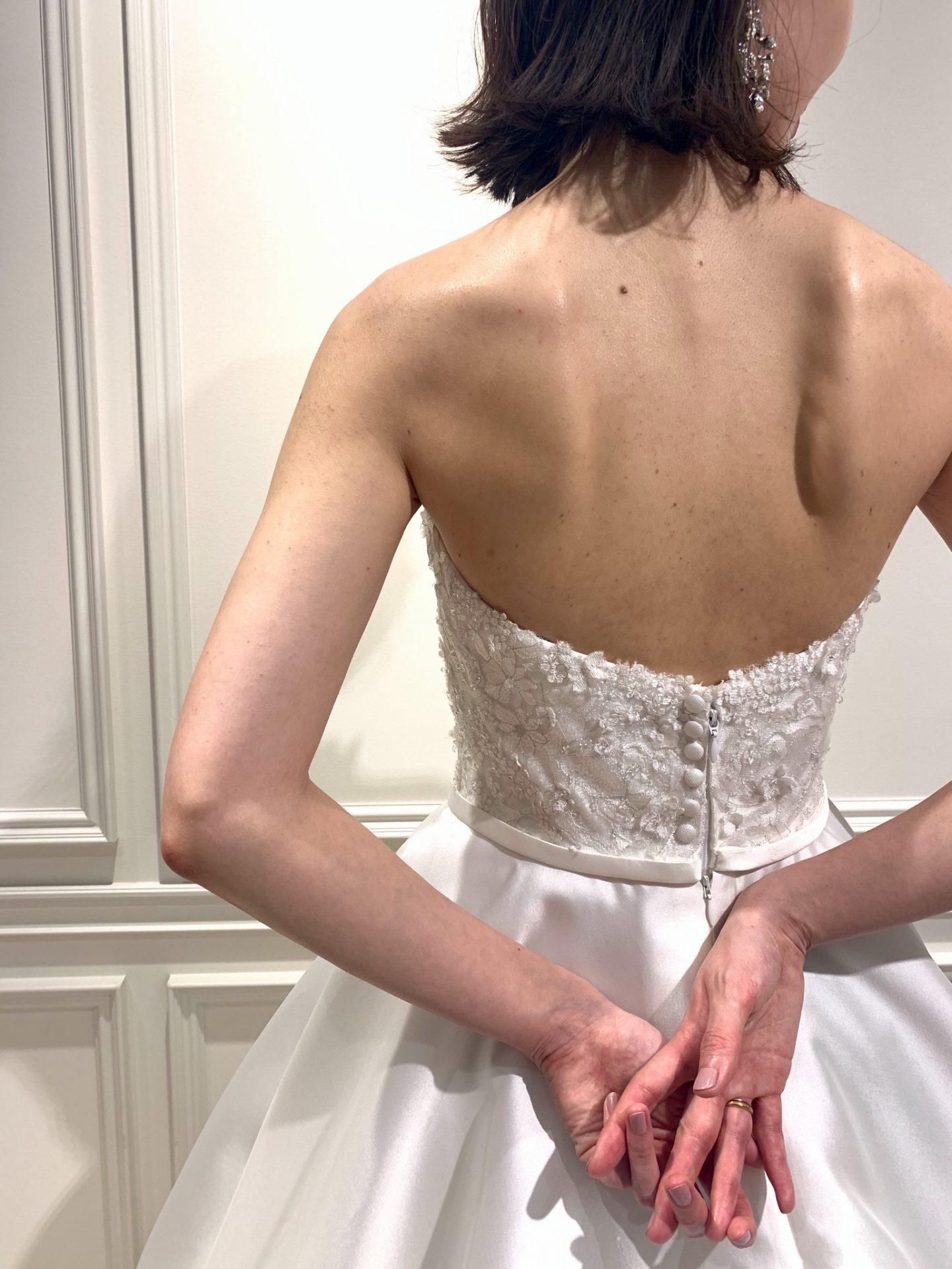 フォーチュンガーデン京都でお式を挙げられる新婦様におすすめしたいくるみボタンが愛らしいビジューと刺繍の美しいウエディングドレス