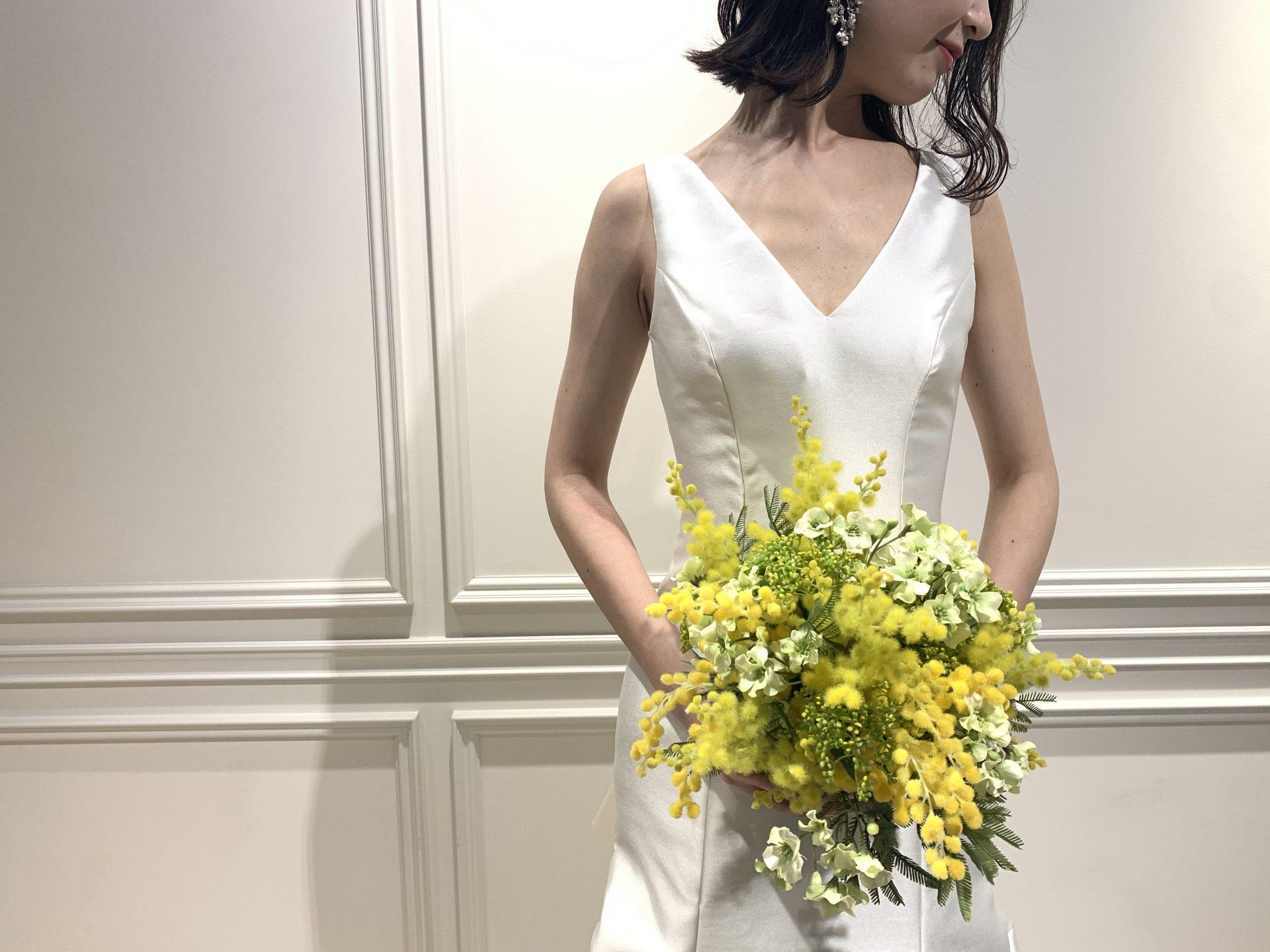 フォーチュンガーデン京都でお式を挙げられる新婦様におすすめしたいハリ感のある生地にデコルテが美しく見えるように胸元がVにカッティングされたウエディングドレス