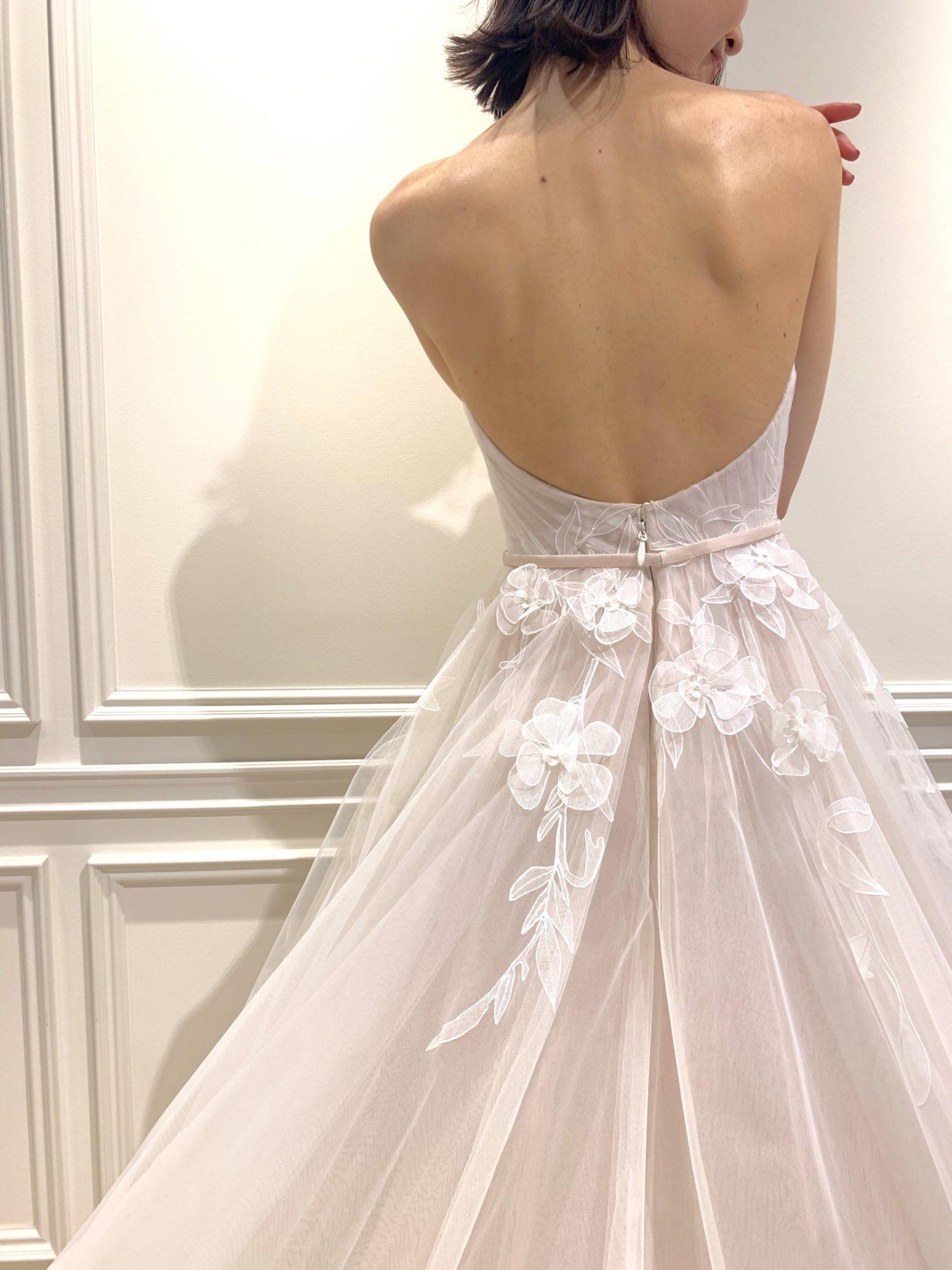 フォーチュンガーデン京都でお式を挙げられる新婦様におすすめしたいピンクがかった色味に3Dペイントでなぞったモチーフが美しく配置されているウエディングドレス