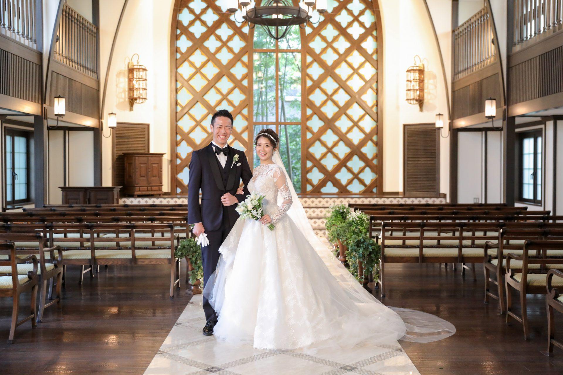 フォーチュンガーデン京都で結婚式を挙げられる方におすすめしたいネイビーのタキシードをさわやかにお召しになられたご新郎様とプリンセスラインの華やかなウェディングドレスの素敵なコーディネートのご新婦様