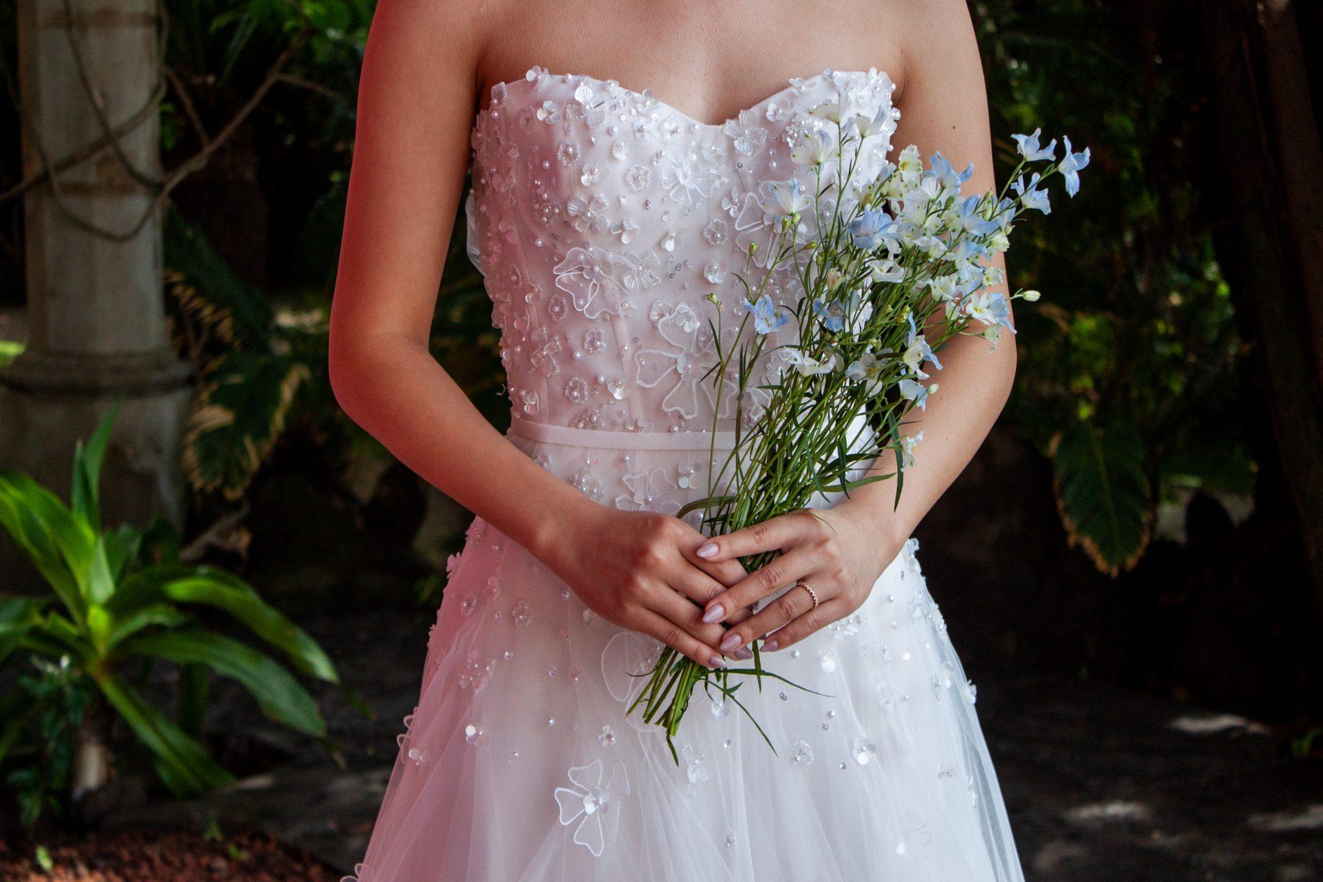 胸元の3Dフラワーモチーフが愛らしいミラ・ズウィリンガーの新作ドレスはザ・ルイガンズの夏婚にもぴったりのチュール素材