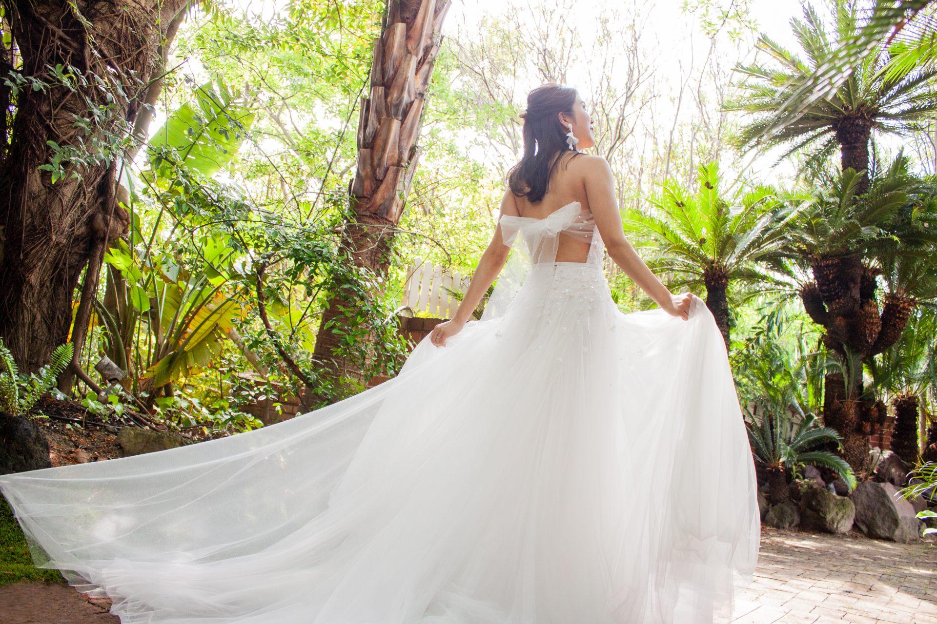 ザ・ルイガンズのガーデンウェディングでチュールが繊細で、バックリボンが大人かわいいザ・トリート・ドレッシングの新作レンタルウェディングドレス