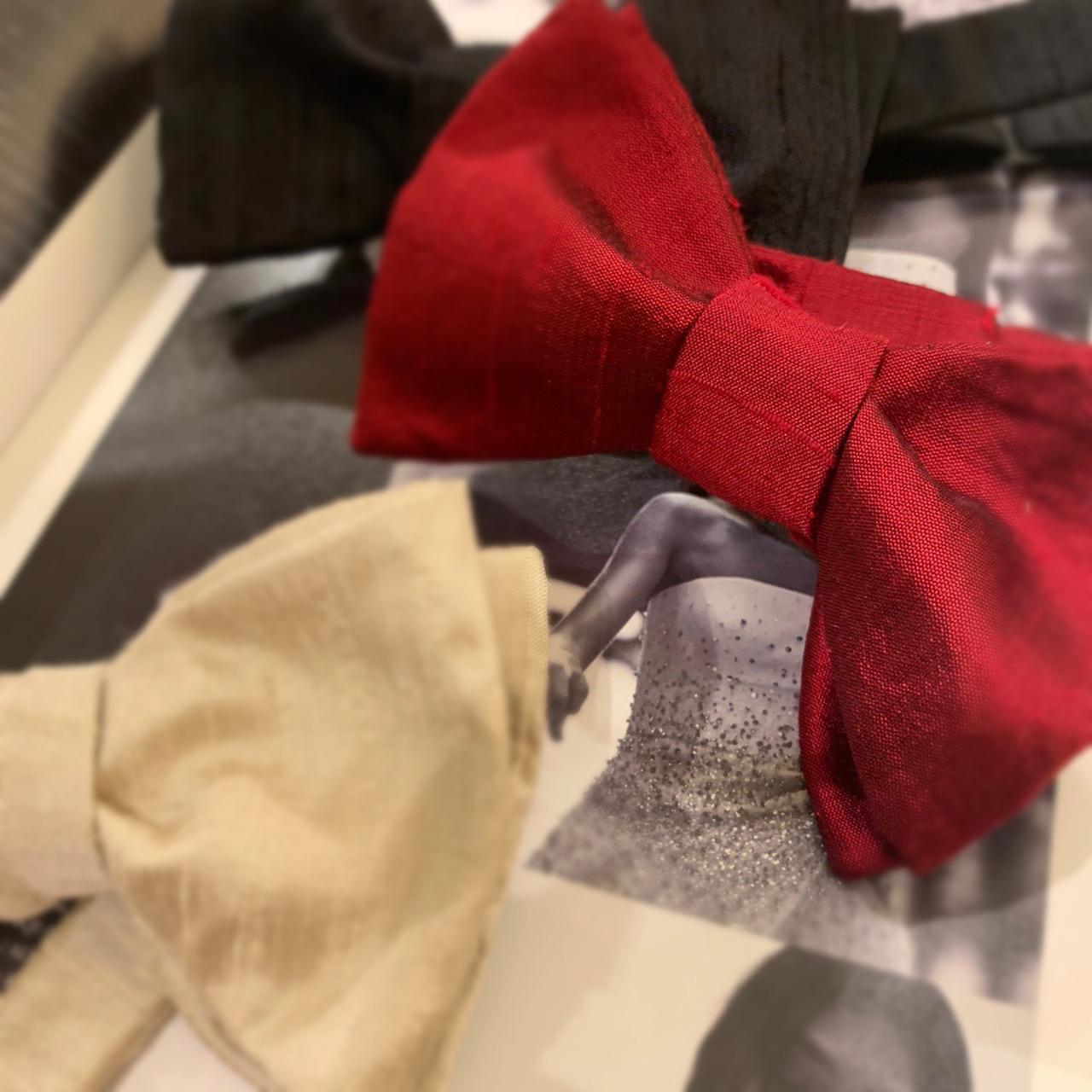 ザ・トリートドレッシングのタキシードに合わせるセブンフォールドの手結び蝶ネクタイ
