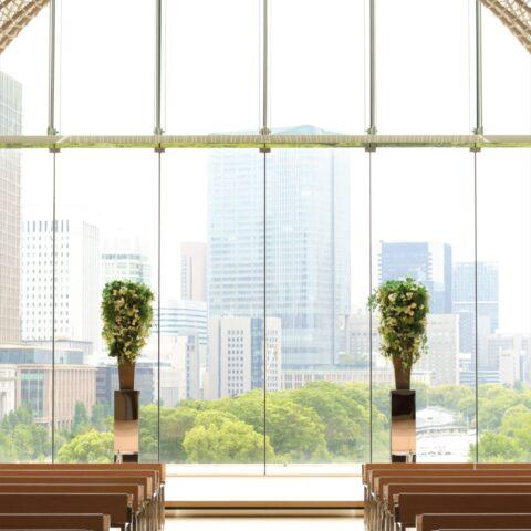 東京で人気の結婚式場パレスホテル東京のチャペルには、ウェディングドレスはもちろんのこと、和装の色打掛も写真映えする雰囲気があります。
