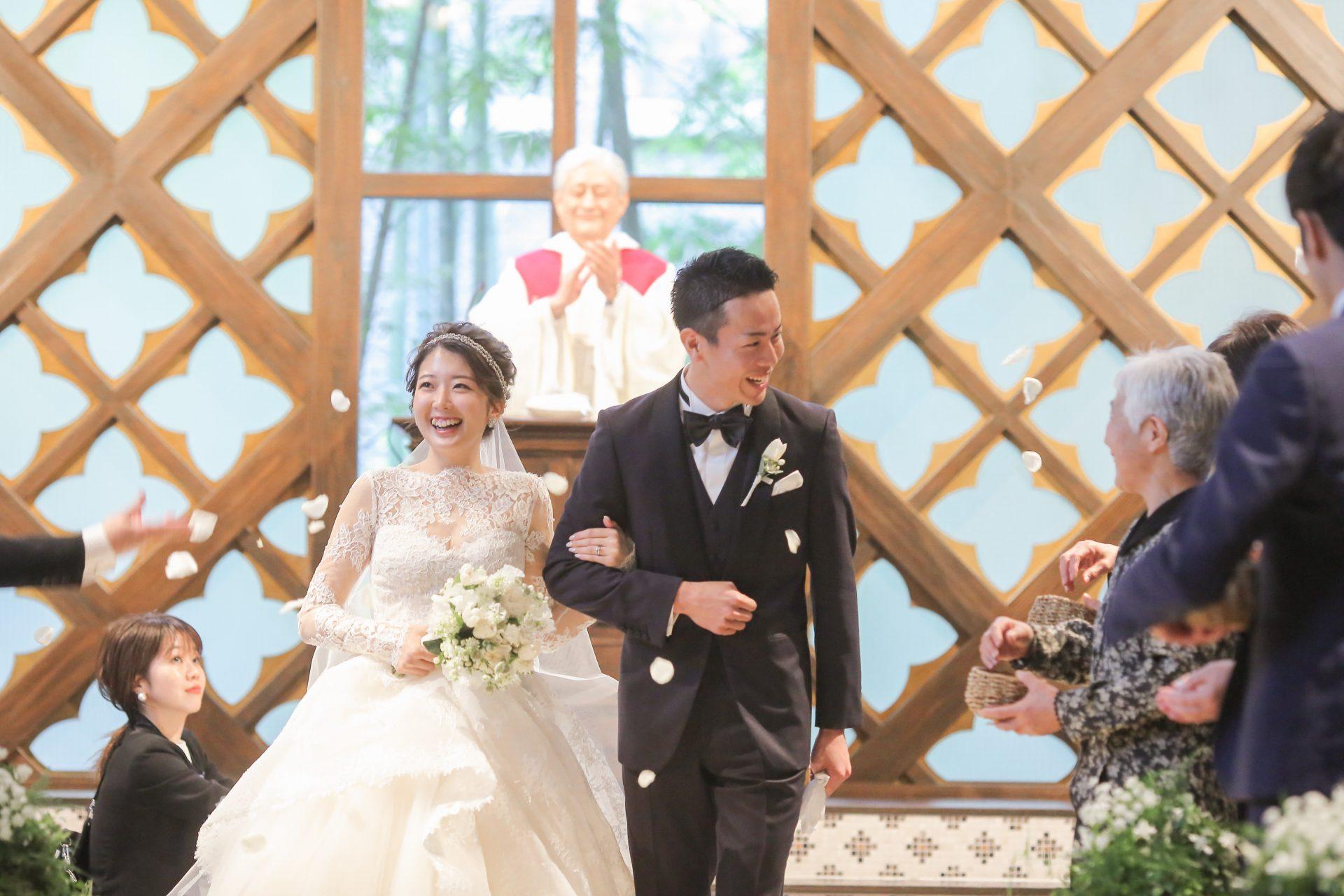 開放感があり緑あふれるフォーチュンガーデン京都で結婚式を挙げられる方におすすめしたいレースが美しくボリューム溢れるウエディングドレスとネイビーのタキシード