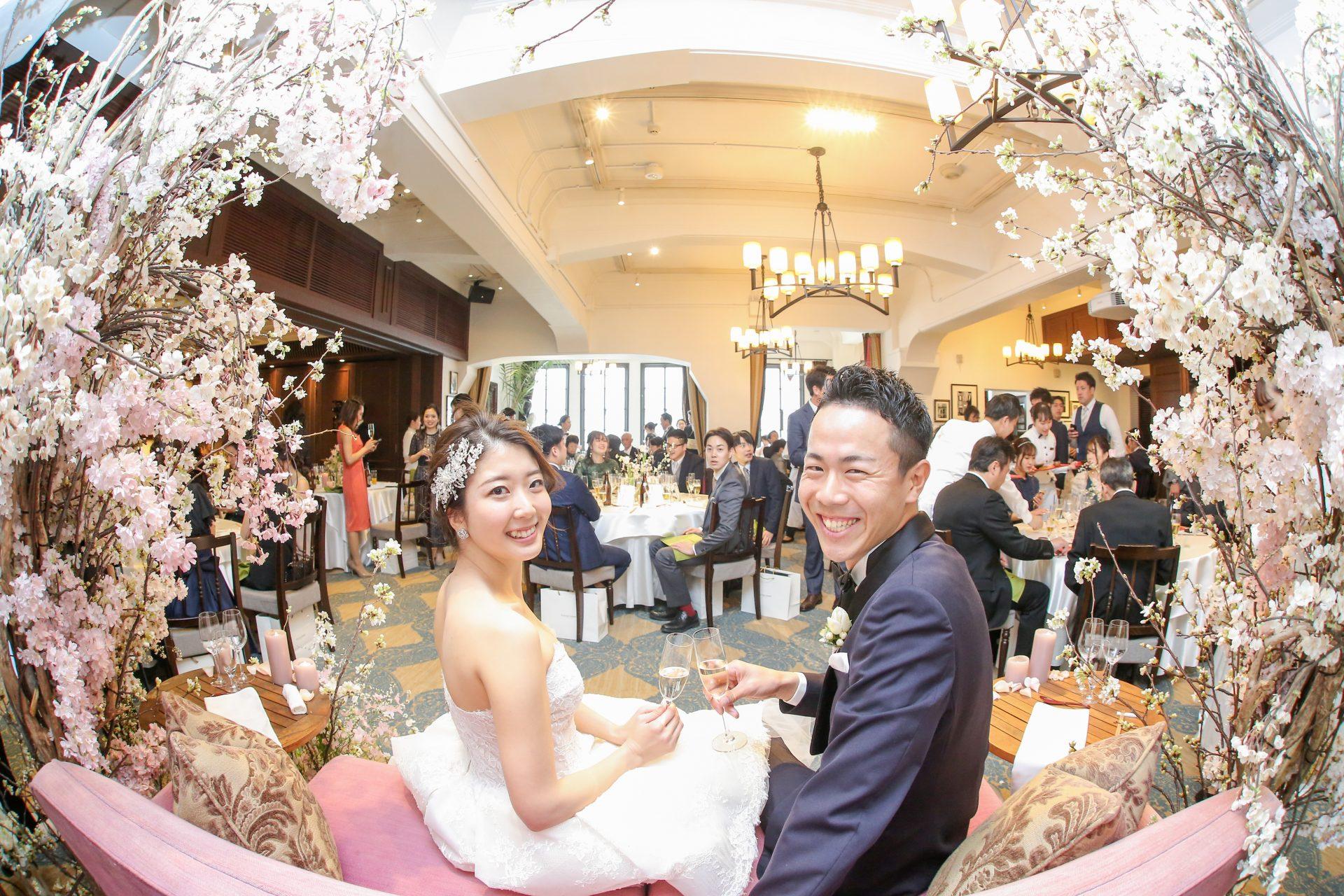 フォーチュンガーデン京都で披露宴を挙げられる新郎新婦様におすすめしたい満開の桜の中でクラシックなコーディネートを楽しまれる新郎新婦様