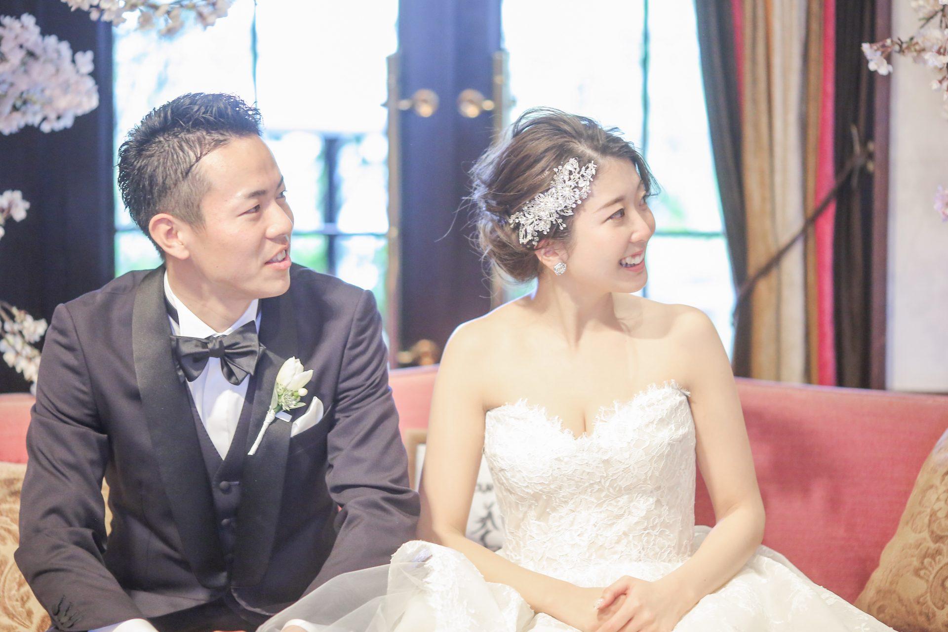 フォーチュンガーデン京都でお式を挙げられるお二人にご紹介したい透明感あるレースとチュールが組み合わさったビスチェタイプのウェディングドレスとネービーの爽やかなタキシード