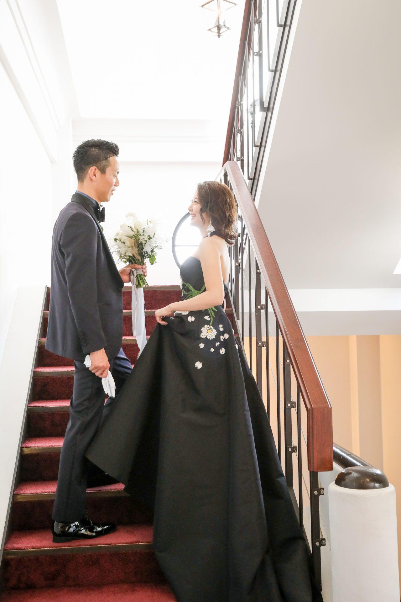 フォーチュンガーデン京都でお式を挙げられる新郎新婦様にご紹介したいシックでスタイリッシュなネイビーのタキシードとブラックのカラードレス