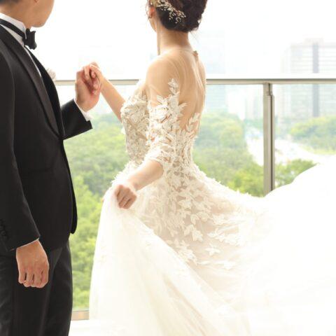 太陽光がたっぷり差し込む開放的な結婚式会場でお召しいただきたいのは、繊細なシルク素材のチュールスカートが動くたびにふんわりと広がるオスカー・デ・ラ・レンタのAラインドレスです