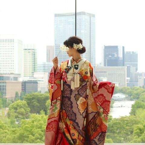 パレスホテル東京では自然光が降り注ぐチャペルにて、ザ・トリート・ドレッシングの色打掛を着て前撮りをすることができます。