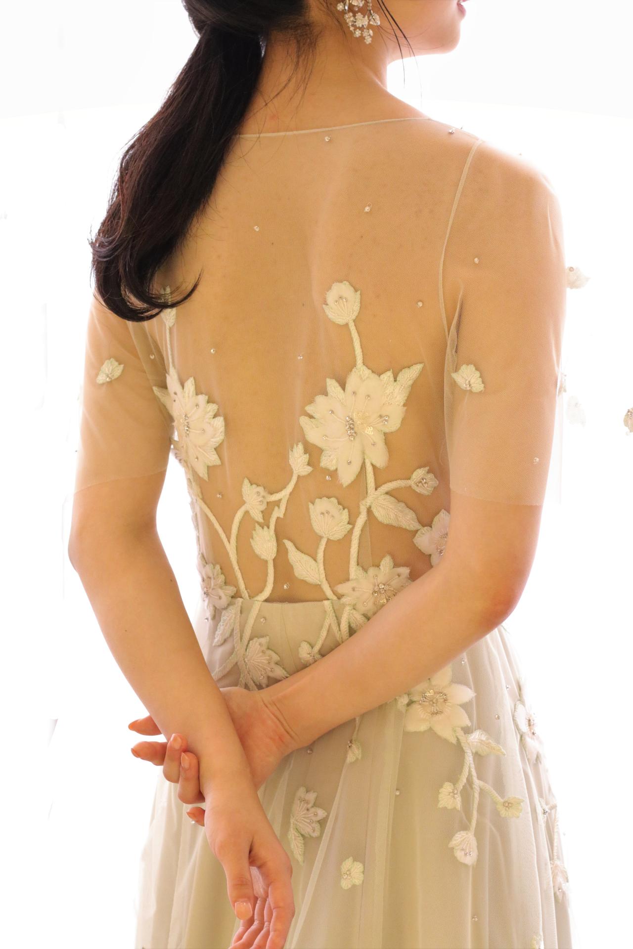 赤坂プリンスクラシックハウスでアットホームなお式をイメージされている花嫁様におすすめしたい、背中に浮かび上がるようなアンティークな刺繍と、リラックス感溢れるソフトチュールが美しいスレンダーラインのカラードレスです