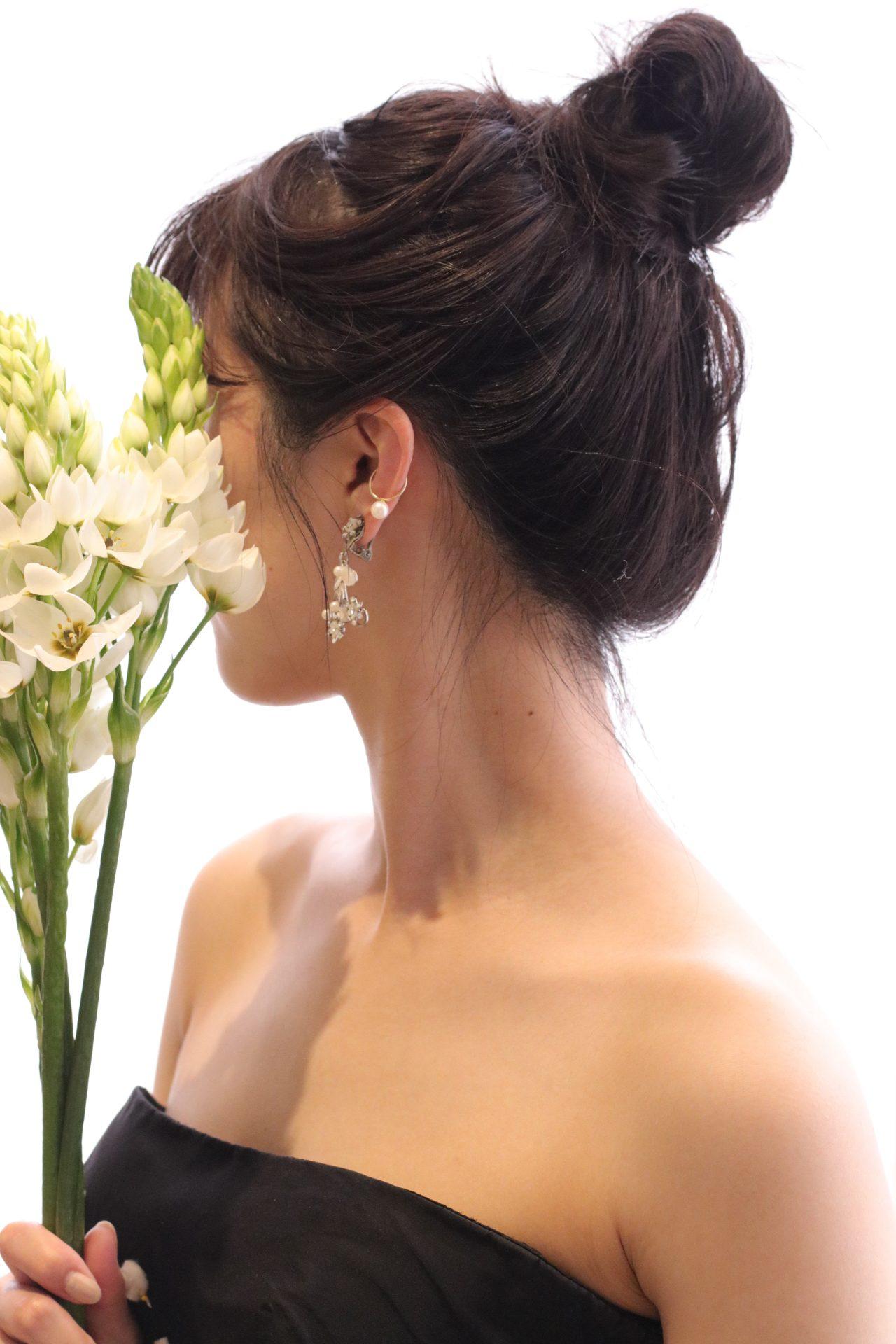 お団子ヘアと華奢なイヤーカフ、マリア・エレナの揺れるイヤリングで合わせたコーディネートは、明るい印象と華やかな雰囲気をアップするので、お洒落な花嫁様におすすめしたい披露宴スタイルです