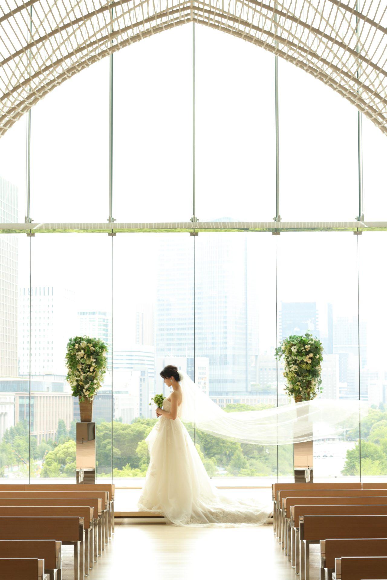 東京丸の内の景色が一望できるパレスホテル東京のチャペルでは、ザ・トリート・ドレッシング アディション店が取り扱う洗練されたデザインのインポートドレスをお召しいただくことで、格式高いホテル婚を叶えられます
