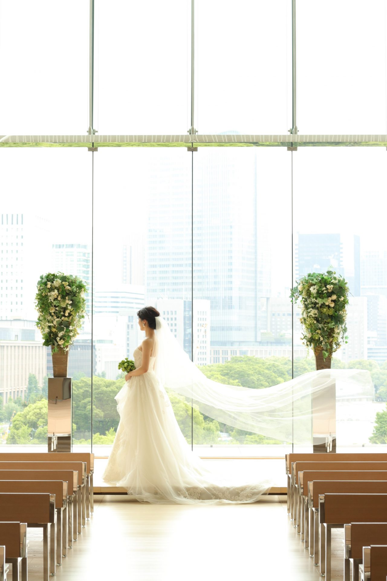THETREATDRESSING ADDITION店の提携会場であるパレスホテル東京の広いチャペルや披露宴会場でも圧倒的な存在感を放つのは、自然な広がりが美しいAラインのチュールドレスです