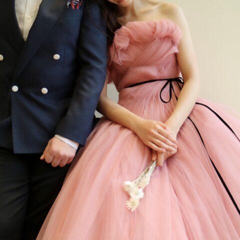 ザ・トリート・ドレッシング京都店がご紹介をするモニークルイリエのピンク色のカラードレスとネイビーのタキシードを合わせたお色直しのコーディネート