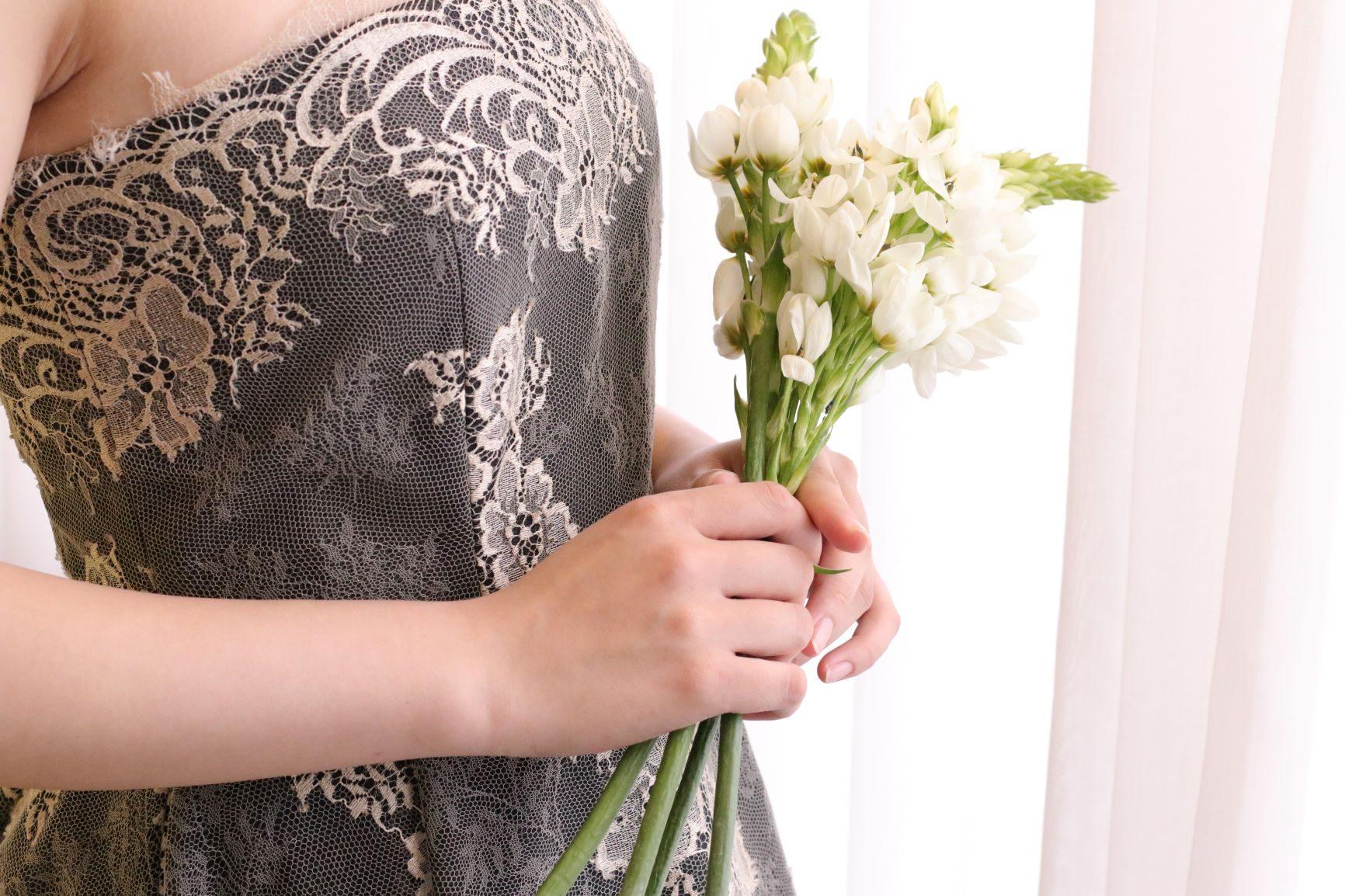 日本で唯一ザ・トリート・ドレッシングが扱うモニーク・ルイリエのブラックドレスは、インポートならではの繊細なシャンテリーレースが施され、甘くなり過ぎない大人な上品さがあるのが特徴です