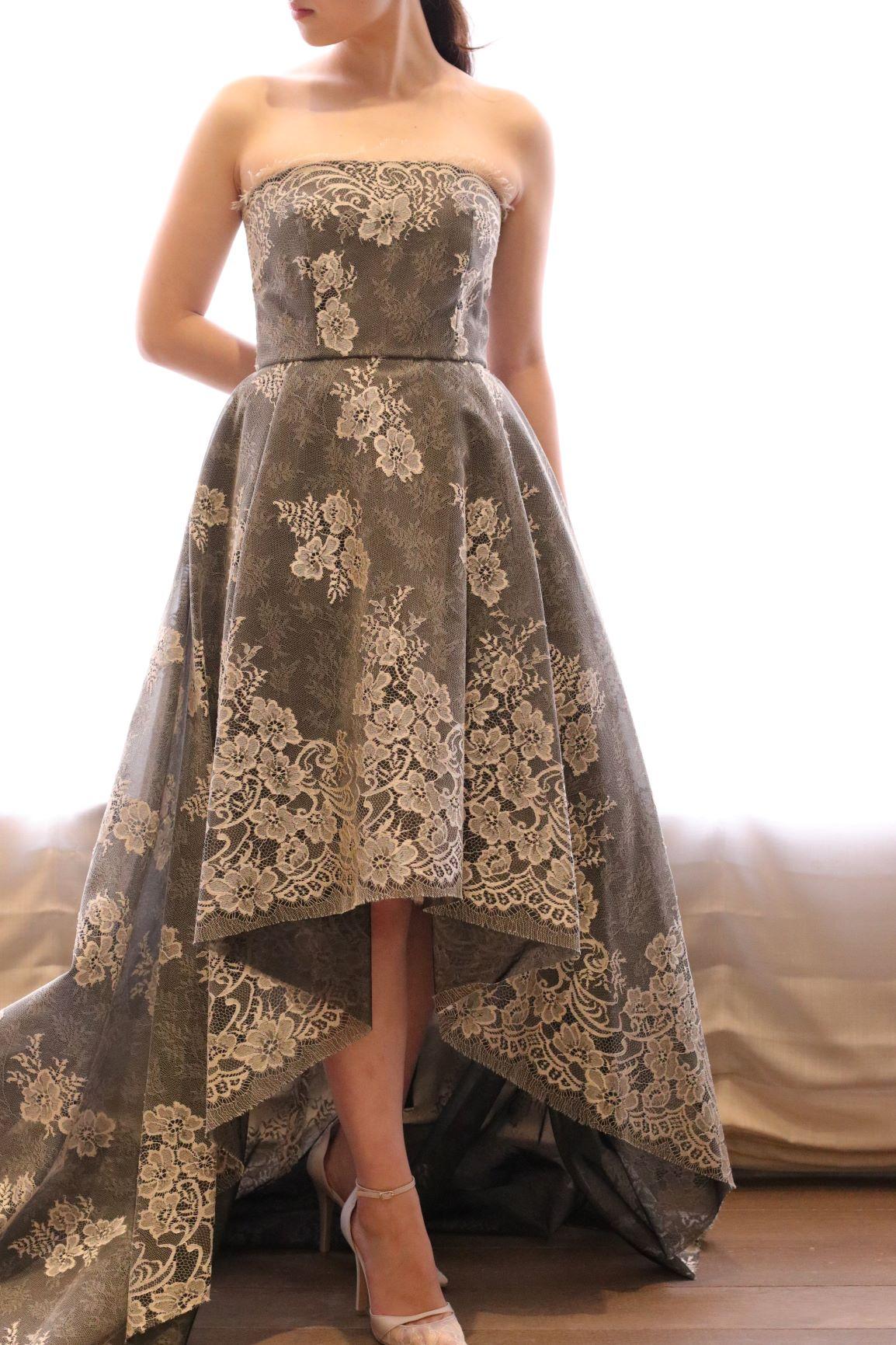 モニーク・ルイリエのミモレ丈カラードレスは、歩くたびに華奢な足首を見せることができるので、お体をより細くよりスタイル良く綺麗に見せたい花嫁様におすすめです