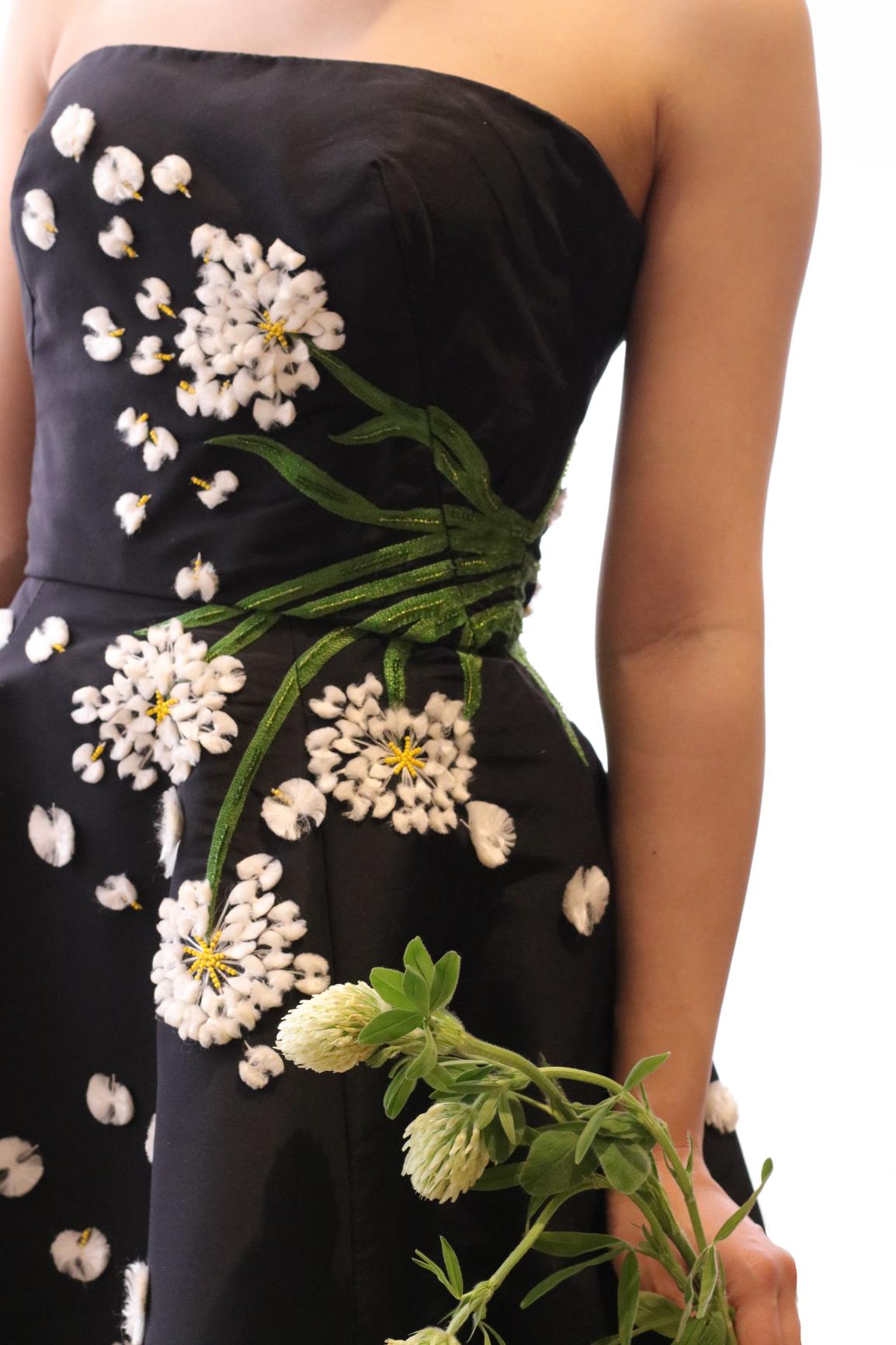 程良いカジュアルさが特徴のシルクファイユのスカートに、全身に施されたたんぽぽのモチーフ刺繍が愛らしいモニーク・ルイリエのカラードレスは、前撮りや二次会にもおすすめしたい写真映えするデザインです