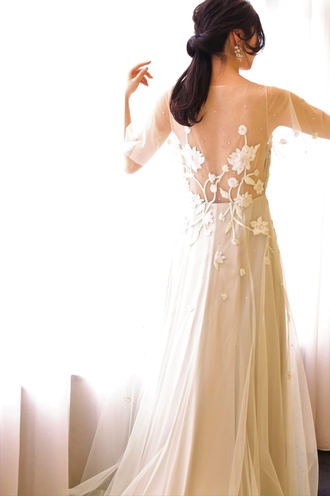 ナチュラルさとフェミニンな印象で花嫁様に大人気のドレスブランド、アレクサンドラグレッコより届いたモスグリーンのカラードレスは、バックスタイルにも華やかな刺繍が施され、360度どこから見ても美しいドレスです