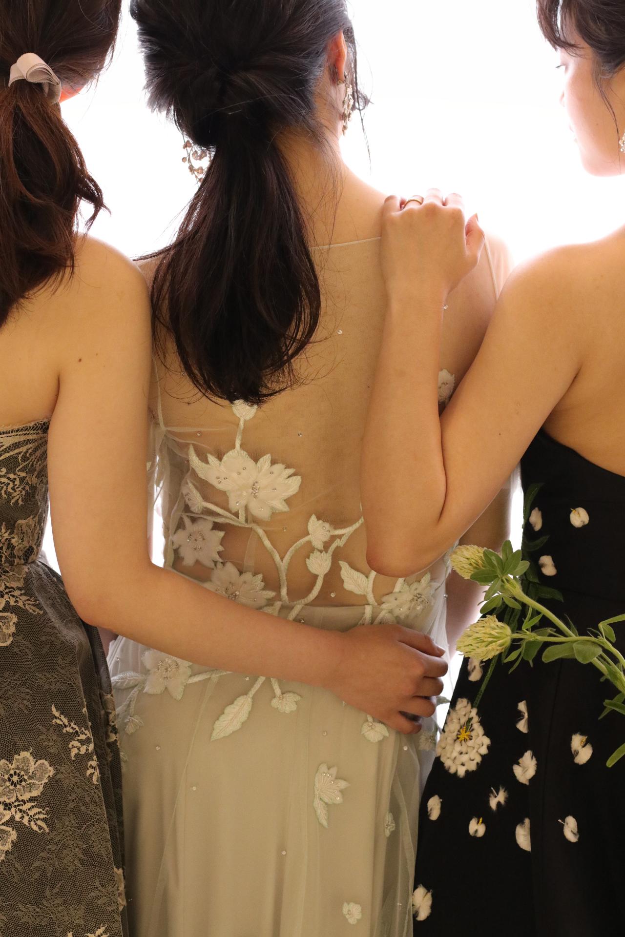 東京表参道にあるドレスショップ、ザトリートドレッシングでは海外ブランドより買い付けた王道なパステルカラー、スタイリッシュでモダンな原色などのカラードレスがレンタル可能です