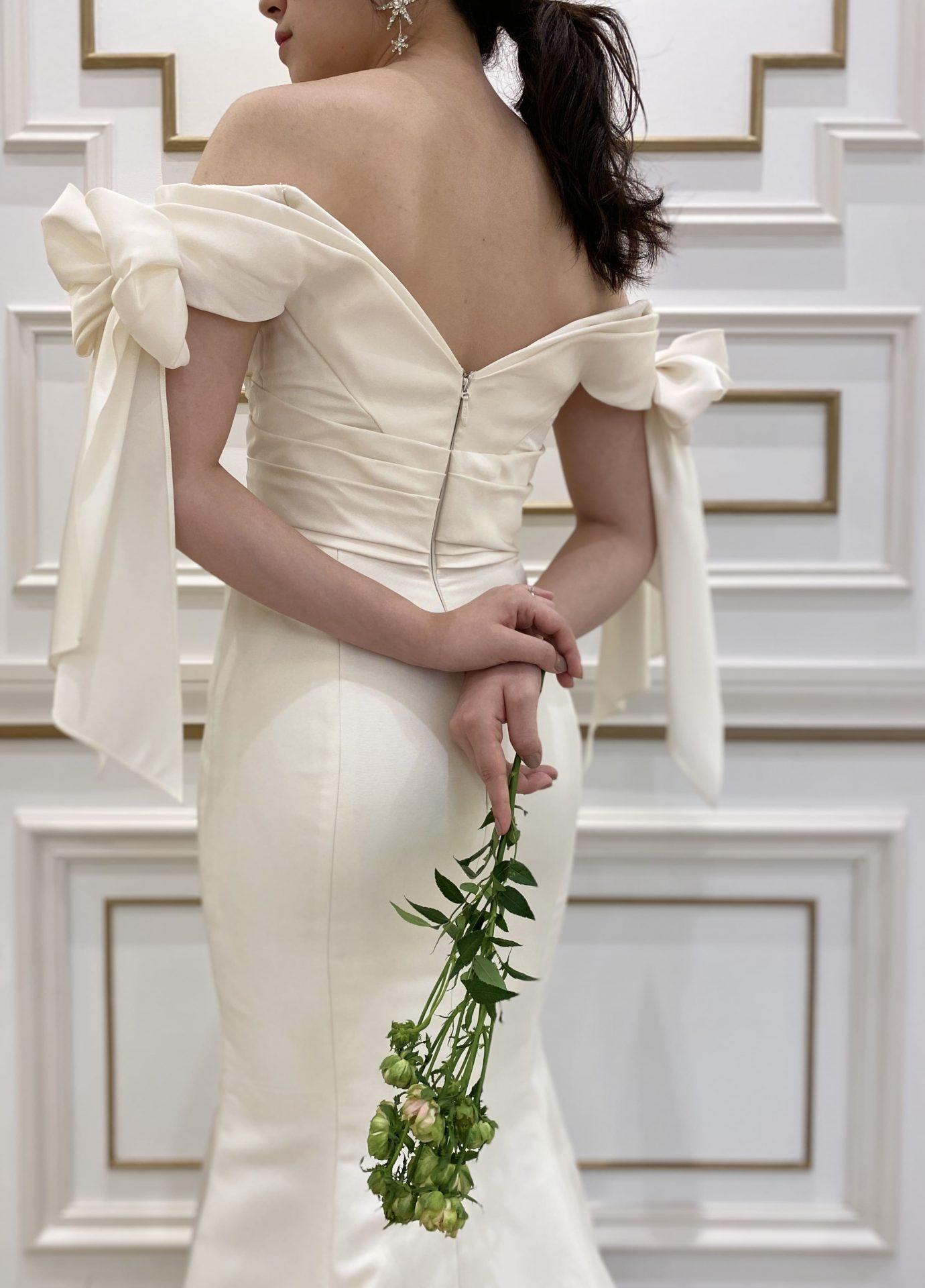今期トレンドのマットな質感の生地のマーメイドラインのウエディングドレス