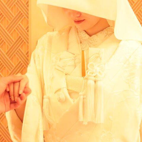 出雲大社の御霊を祀るパレスホテル東京の神殿で行う神前式には、古典柄の刺繍が華やかに施された白無垢がよく合います