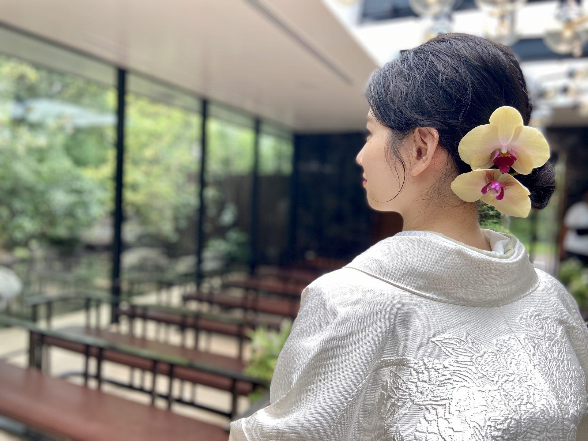 ザ・トリートドレッシングの白無垢に胡蝶蘭を合わせ、凛としたウェディングスタイルを演出