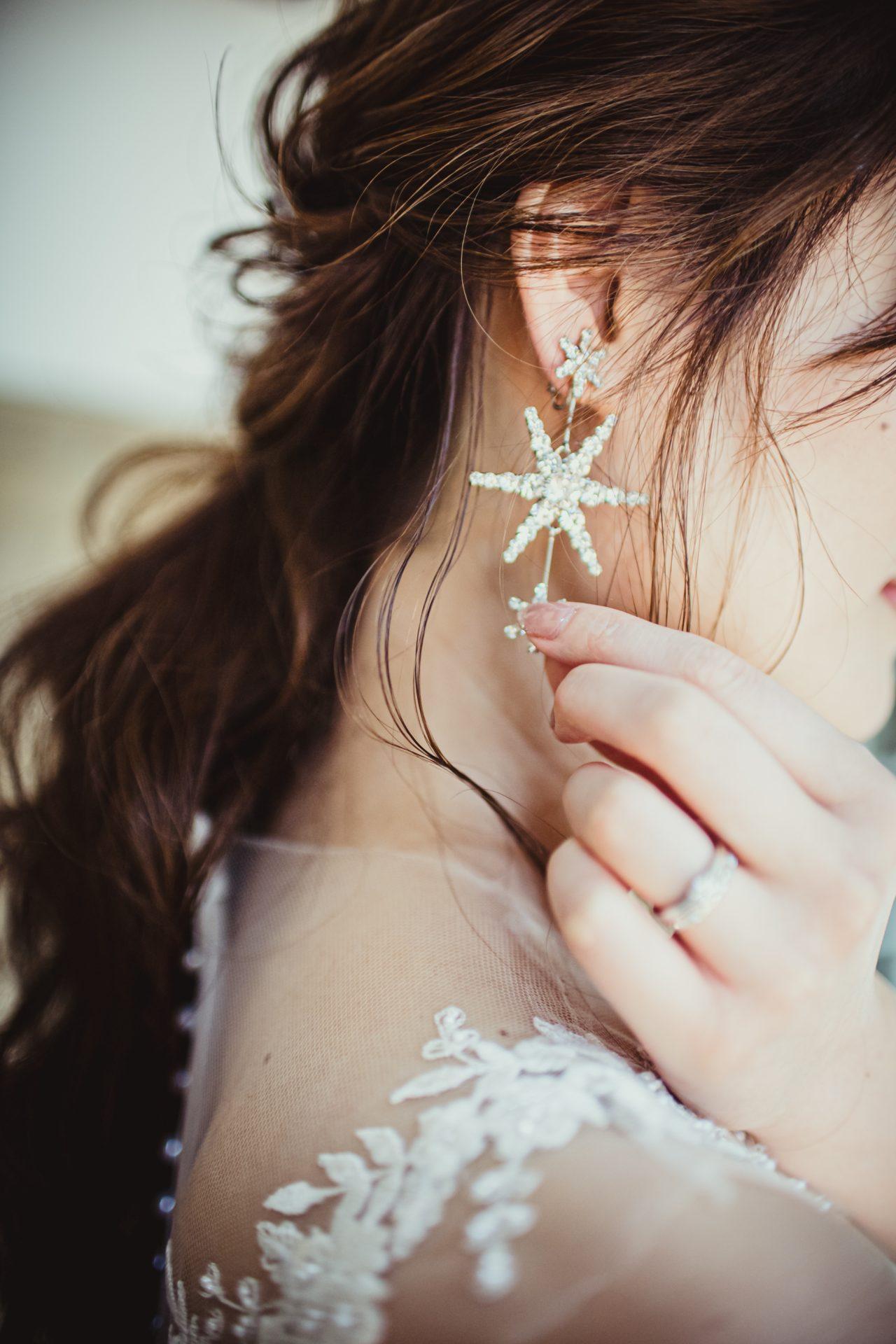 星のイヤリングで有名なジェニファー・ベアを取り扱う東京のドレスショップ、ザ・トリート・ドレッシングアディション店は日本最旬のドレスと共にニューヨーク最先端のブライダルジュエリーやアクセサリーを豊富に揃えているので、花嫁様の唯一無二のお洒落なコーディネートを探すことができます。