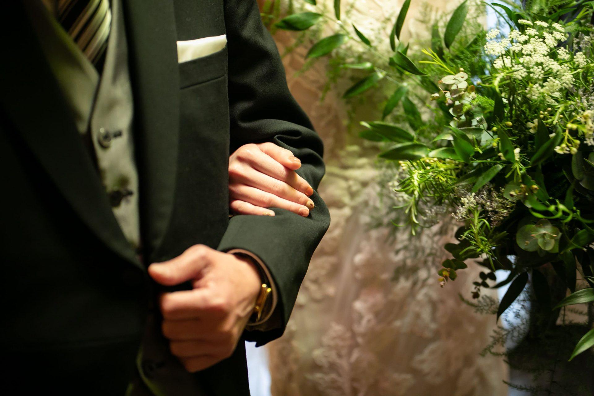 ナチュラルでアットホームなお式を予定されている花嫁様におすすめのザ・トリートドレッシング名古屋店にて人気のモニークルイリエのレースが美しいウェディングドレス