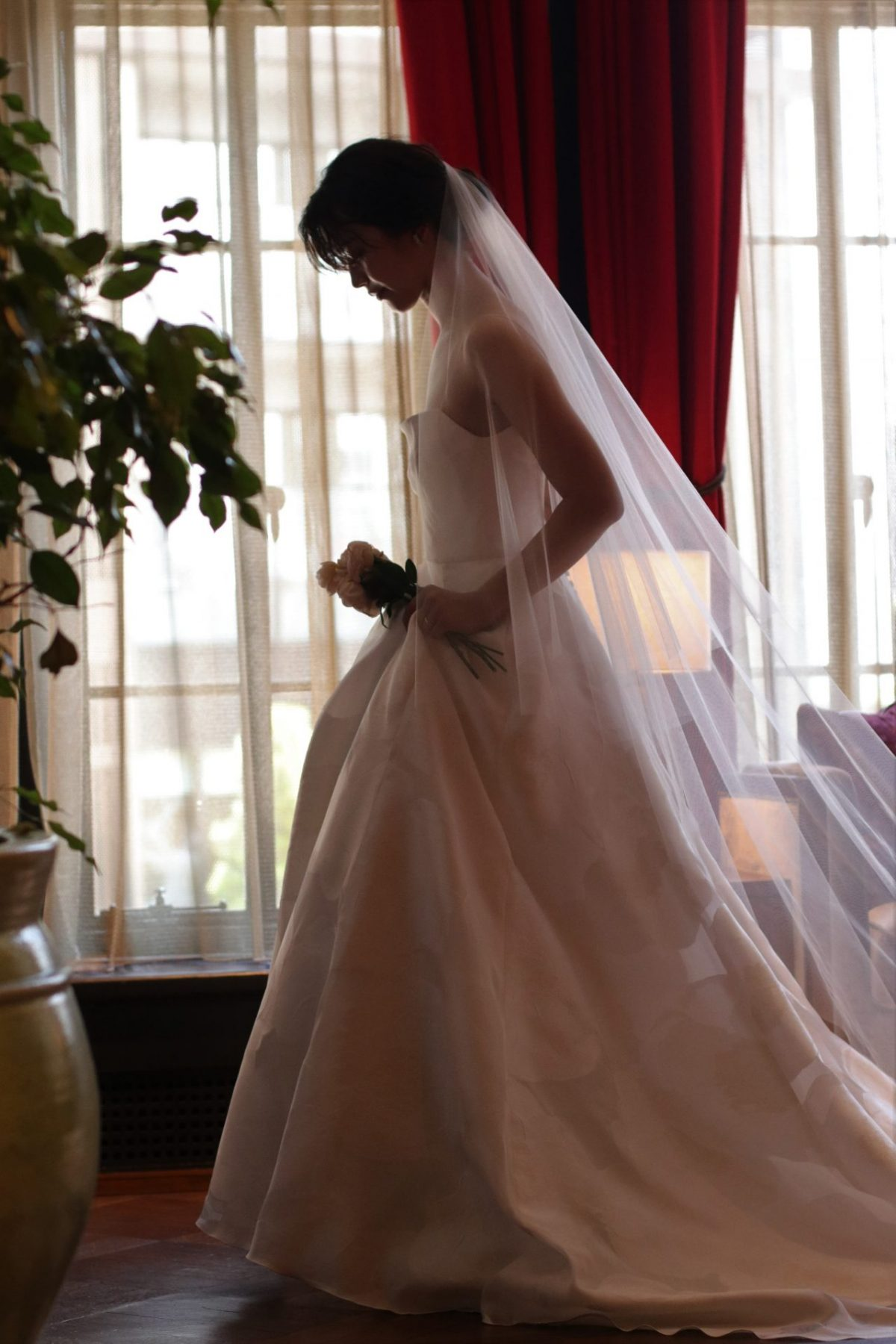 大人な花嫁様に人気の赤坂プリンスクラシックハウスのクラシックでお洒落な雰囲気に合わせて、軽やかなAラインのウェディングドレスに透明感のあるロングベールをつけた厳かな雰囲気を演出しています