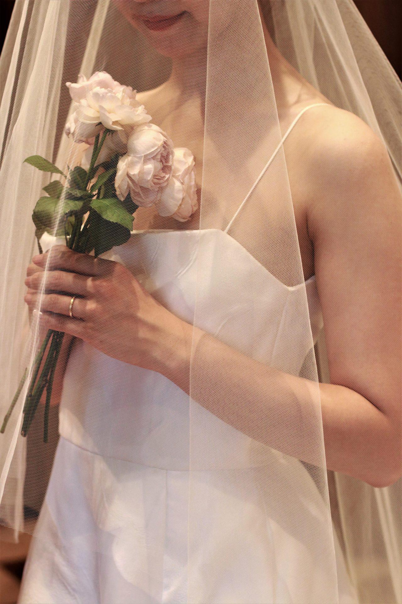 シンプルが好きな花嫁が選んだのは、レラ・ローズのAラインのウェディングドレスに、薄ピンクのバラを数本束ねただけのシングルブーケを合わせた、他の花嫁と被らないお洒落なコーディネートです