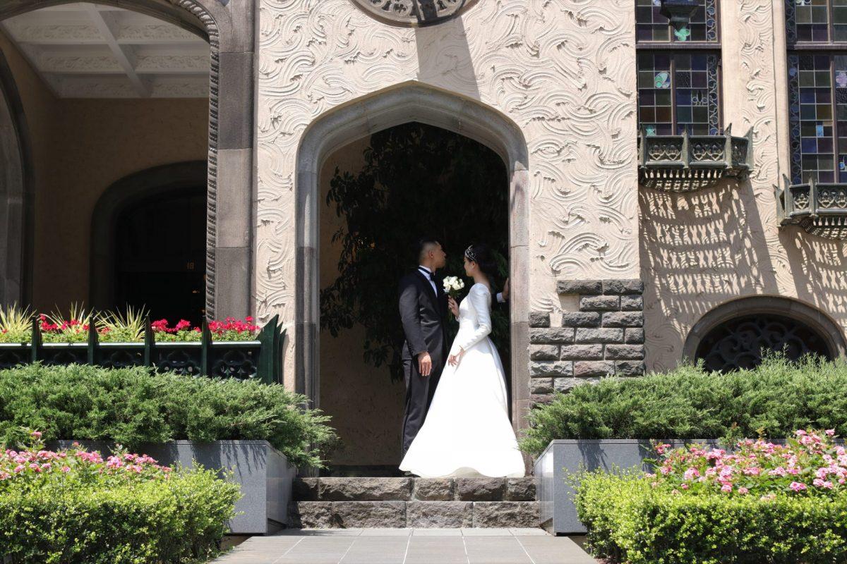 東京で人気の結婚式場、赤坂プリンスクラシックハウスには写真映えスポットが沢山あり、クラシカルな雰囲気の前撮りや、バラ園での春のロケーション撮影もおすすめです