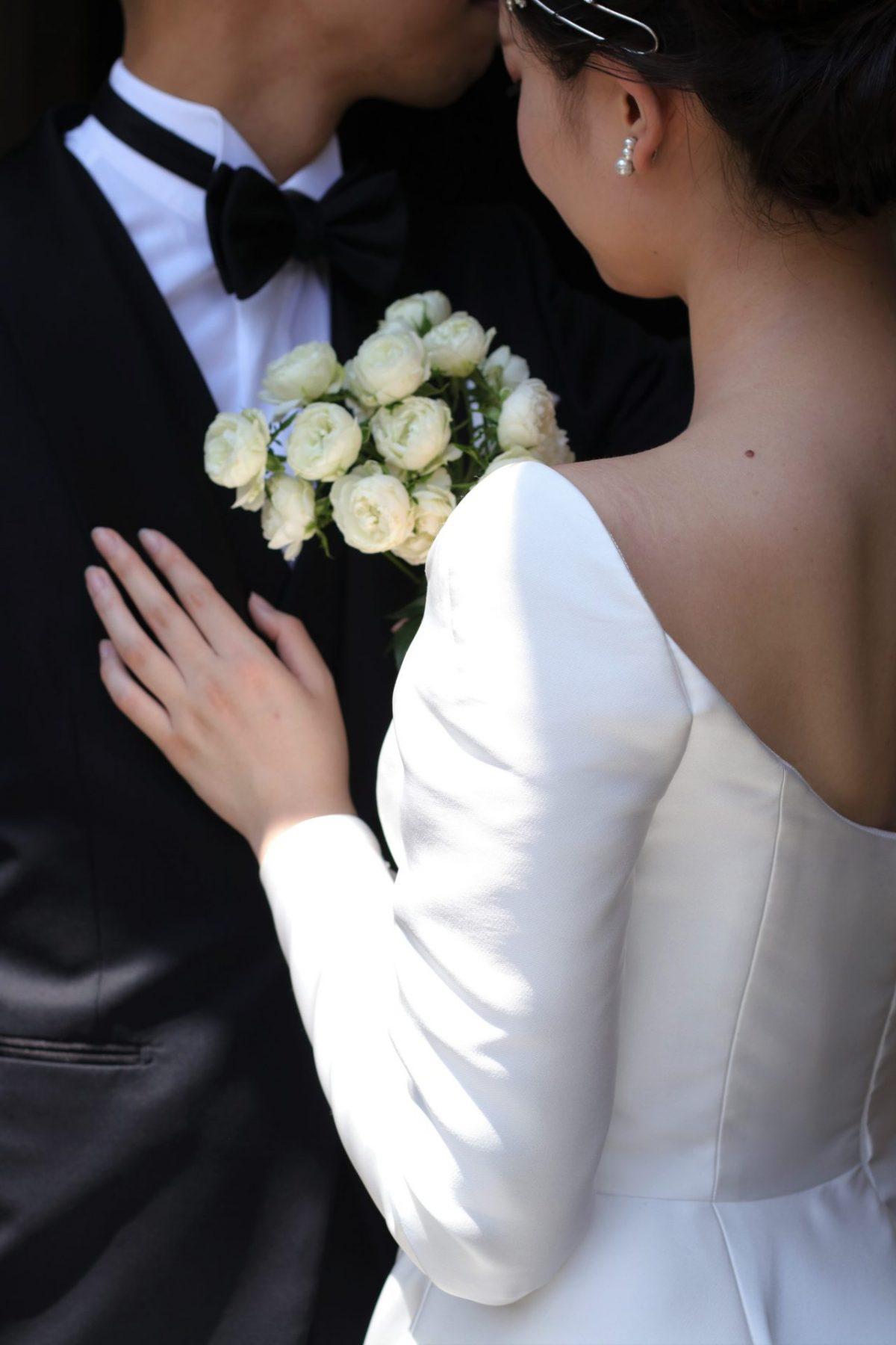 トレンドのバックコンシャスな背中が空くデザインは女性らしい華奢さを演出し、上半身をすっきりと見せる効果があり、赤坂プリンスクラシックハウスでお式を挙げられるお洒落な花嫁様に人気なウェディングドレスです