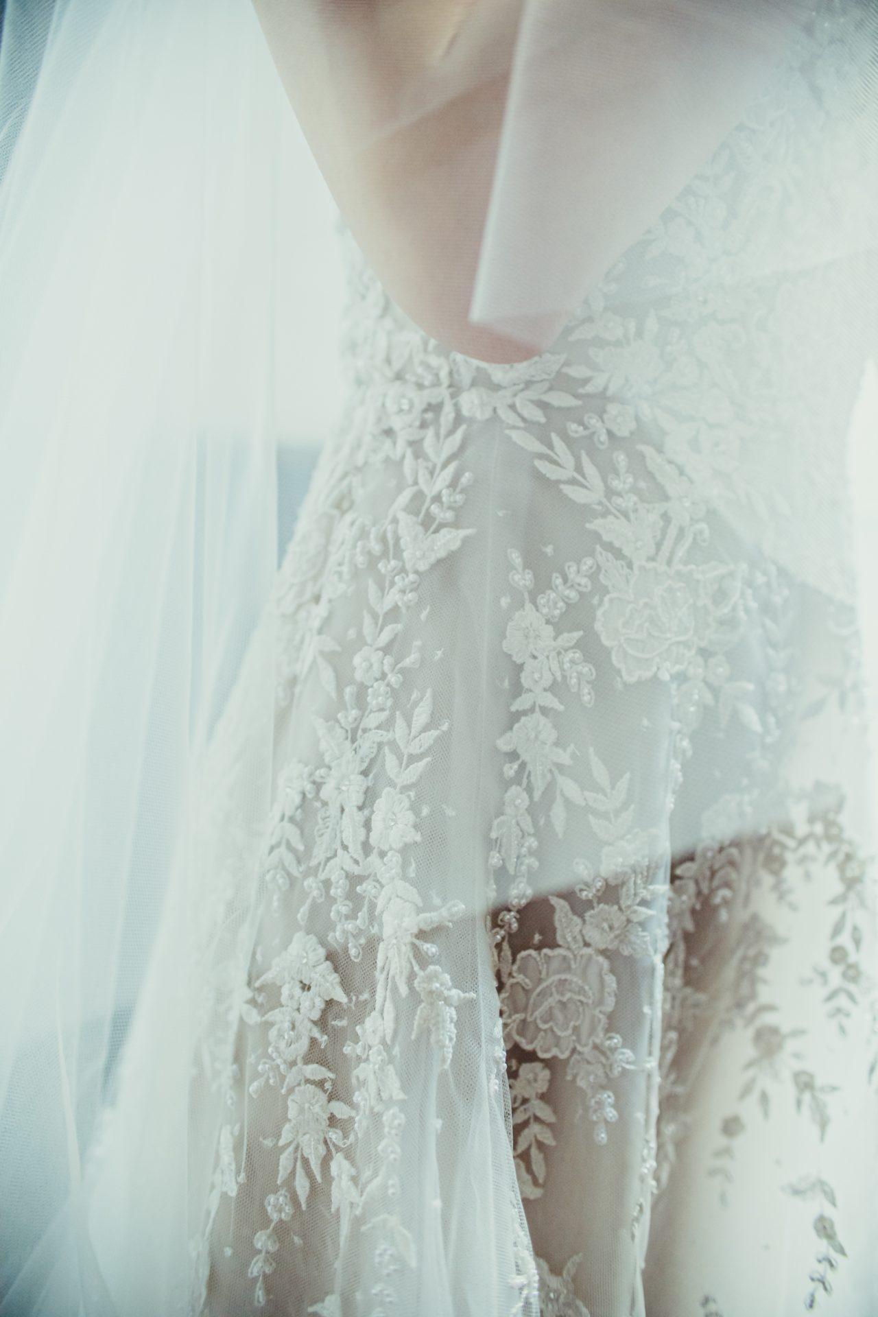 ニューヨークの人気ドレスブランド リーム・アクラのウェディングドレスは、職人の手作業で施されたインド刺繍が美しく結婚式には欠かせない華やかさがあり、日本中のおしゃれな花嫁から注目を浴びています