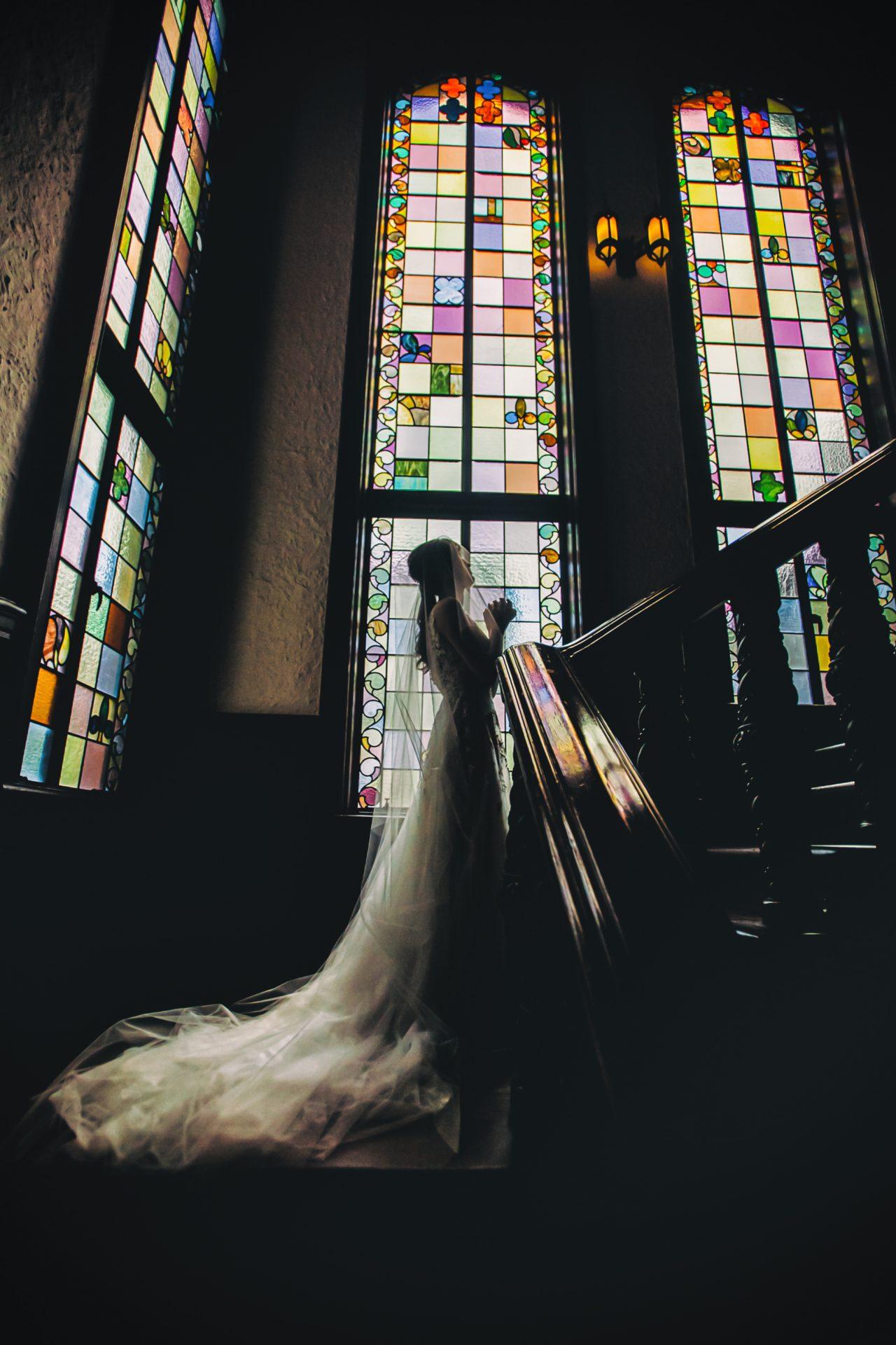 歴史あるステンドグラスの前での撮影は赤坂プリンスクラシックハウスハウスの人気フォトスポットで、ザ・トリート・ドレッシングでもステンドグラスや螺旋階段に映えるインポートドレスをご紹介させていただきます