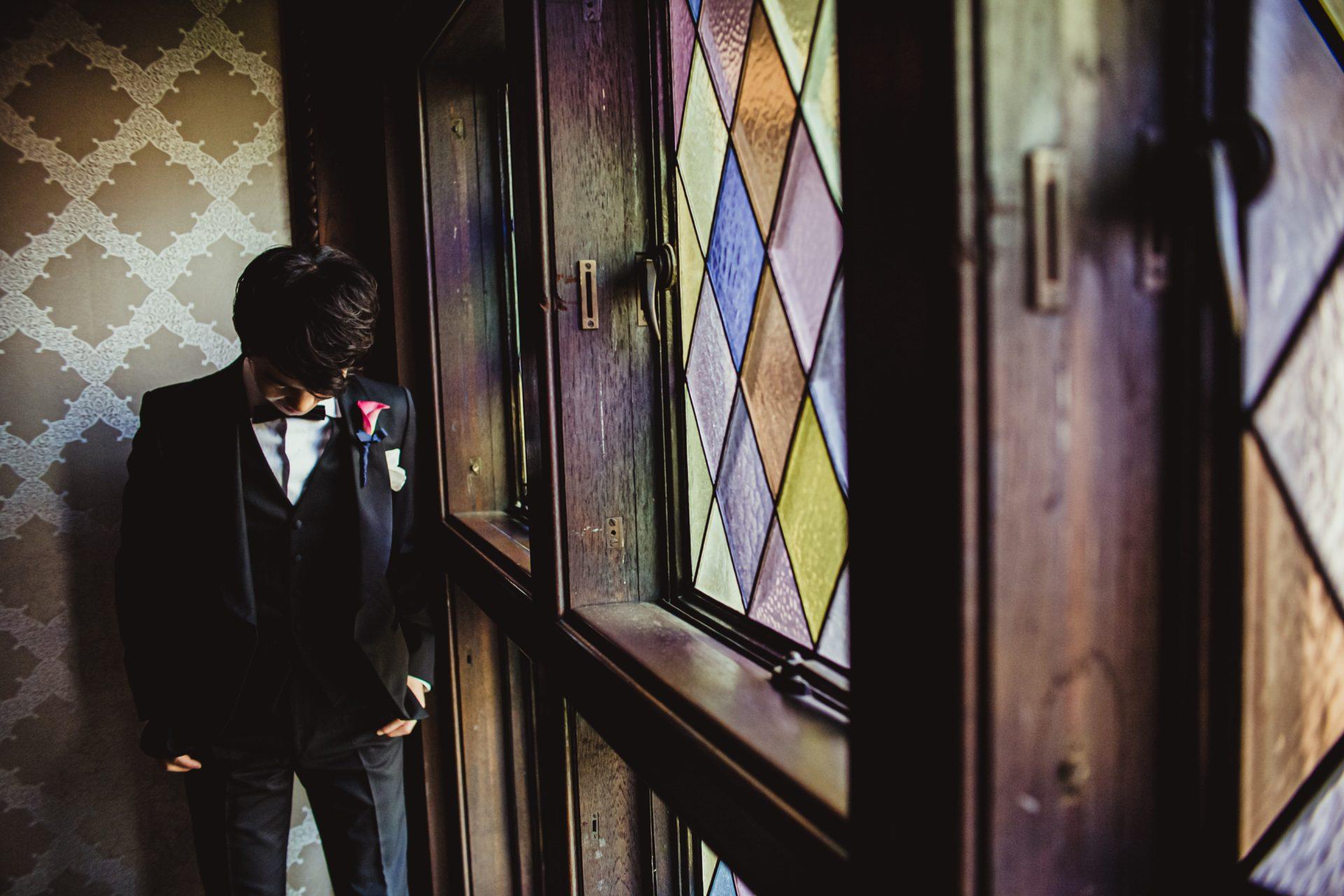 有形文化財でもある赤坂プリンスクラシックハウスの様なクラシカルな会場には、ご新郎様のタキシードも伝統的で紳士的な印象になるトリート・ジェントルマンのブラックのタキシードがおすすめです