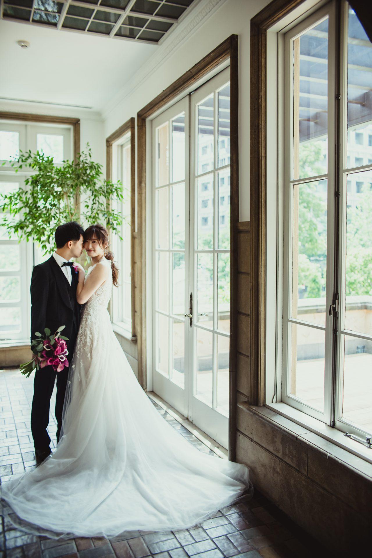 インポートドレスブランド リーム・アクラのウェディングドレスは、繊細なソフトチュールをふんだんに使ったAラインのドレスで、全体に施されたビーディングや長さのあるバックトレーンが華やかに花嫁様を彩ります