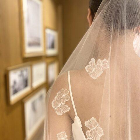 TREAT Originalのショートベールにはご新婦様の肩に蝶が寄り添うようなデザインが施されています