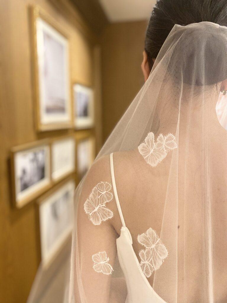シンプルなドレスに映える、蝶々モチーフのショートベール