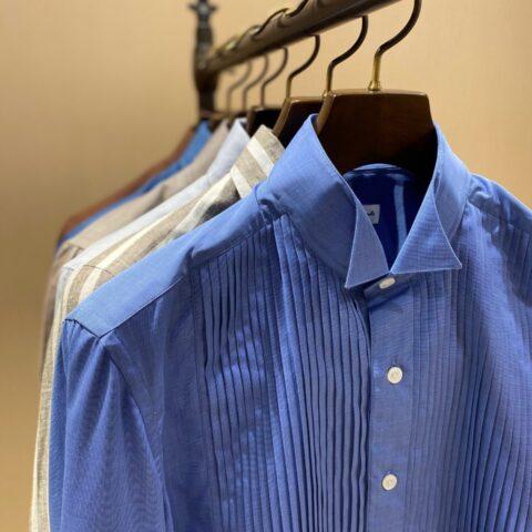 フォーチュンガーデン京都でお式を挙げられる方におすすめしたいERRICO FORMICOLA(エリコ フォルミコラ)のブルーのプリーツシャツ