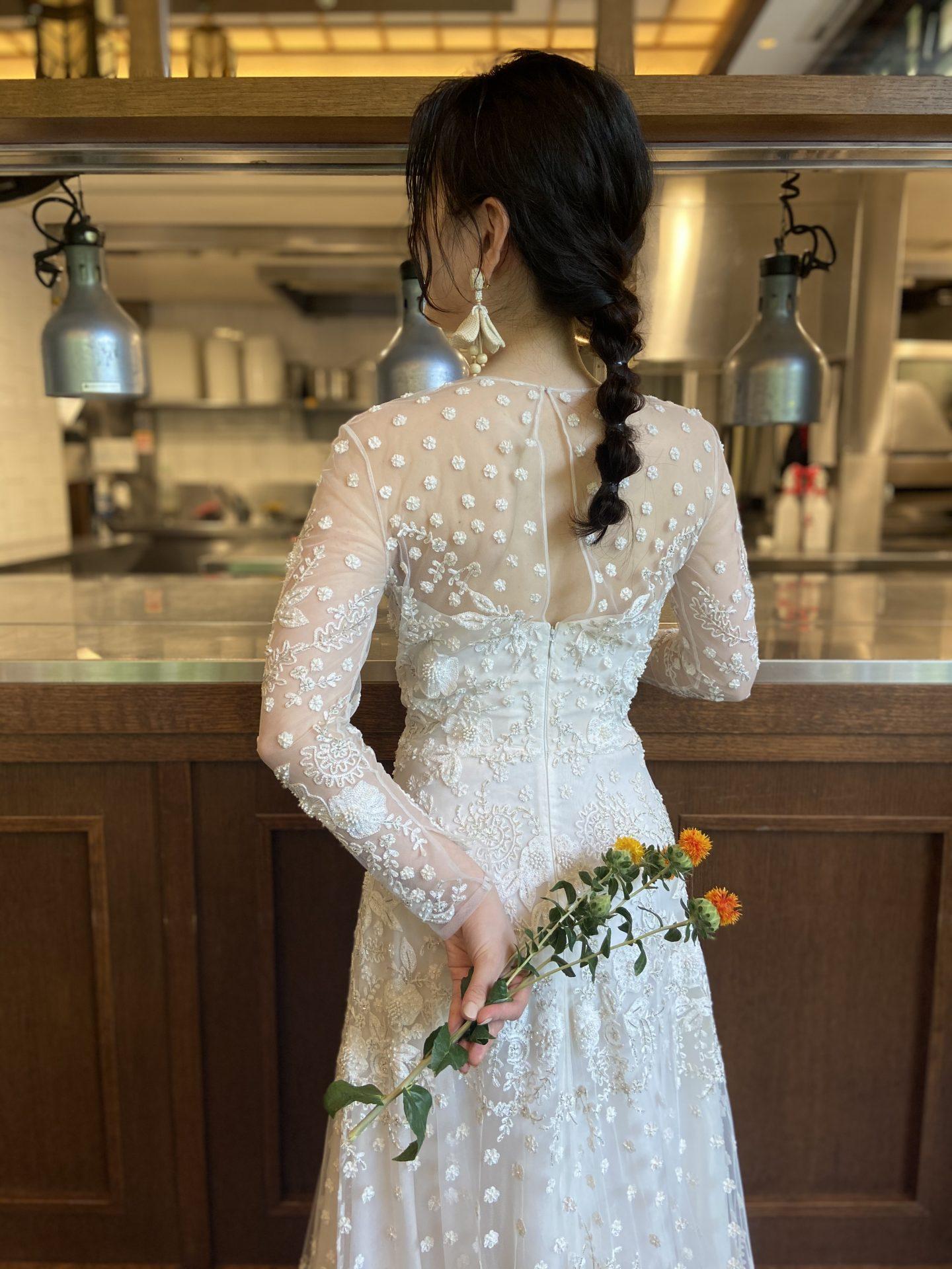 THE TREAT DRESSING大阪店のナイーム・カーンの露出が控えめなパーティーシーンにぴったりなエレガントなウェディングドレス